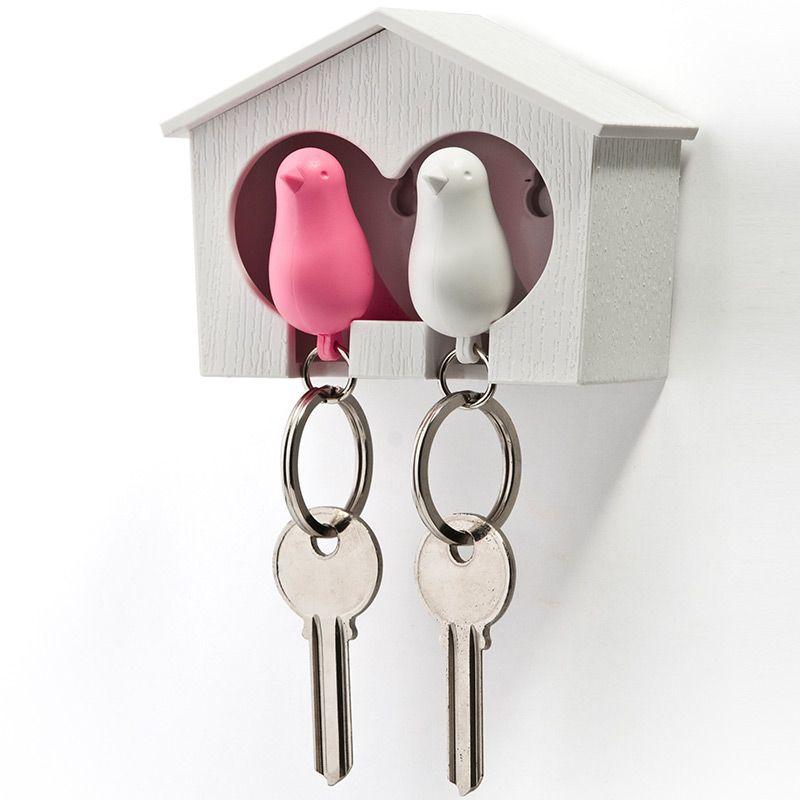 Держатель+брелок для ключей двойной Sparrow белый/розовыйQL10124-WH-WH-PKЗамечательная идея: специальный домик для вашего персонального хранителя ключей в виде птички. Теперь вы всегда будете знать, где ваш ключ, а не искать его на ящиках и полках перед выходом из дома. Удобный брелок легко помещается внутрь домика, быстро находится в сумке или в кармане, а главное – он еще и свисток. Так что можно оповестит домашних о своем приходе с работы. Семейный вариант: птичка для неё и для него. Крепится к стене на двусторонний скотч (держится очень хорошо!) или шурупы. Материал: пластик; цвет: розовый