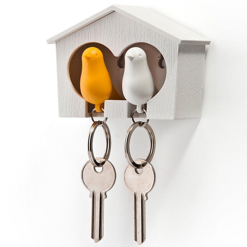 Держатель+брелок для ключей двойной Sparrow белый/желтыйQL10124-WH-WH-YWЗамечательная идея: специальный домик для вашего персонального хранителя ключей в виде птички. Теперь вы всегда будете знать, где ваш ключ, а не искать его на ящиках и полках перед выходом из дома. Удобный брелок легко помещается внутрь домика, быстро находится в сумке или в кармане, а главное – он еще и свисток. Так что можно оповестит домашних о своем приходе с работы. Семейный вариант: птичка для неё и для него. Крепится к стене на двусторонний скотч (держится очень хорошо!) или шурупы. Материал: пластик; цвет: Белый