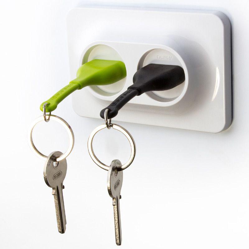 Двойной брелок+держатель для ключа Unplug черныйQL10149-BKДвойной брелок - держатель для ключей это новинка от команды Qualy . Вы легко сможете узнать, кто пришел домой, по цвету штепселя в розетке. Брелок надежно крепится к стене при помощи дюбелей и не упадет, даже если Вы повесите связку сразу из нескольких ключей. Упаковка изготовлена из перерабатываемого материала. Материал: пластик ABS, силикон; цвет: Черный