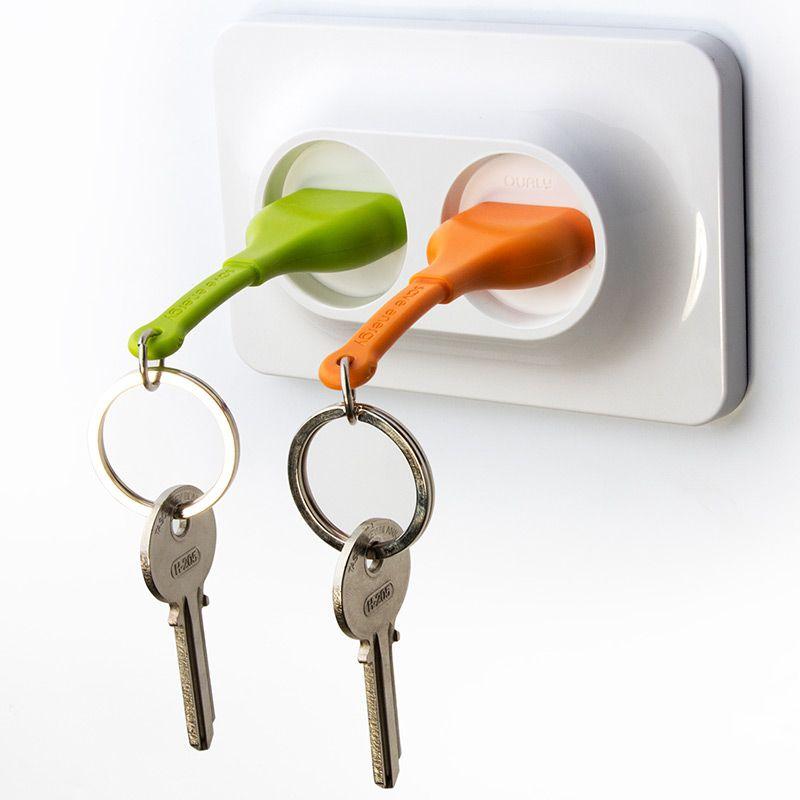 Двойной брелок+держатель для ключа Unplug оранжевыйQL10149-ORДвойной брелок - держатель для ключей это новинка от команды Qualy . Вы легко сможете узнать, кто пришел домой, по цвету штепселя в розетке. Брелок надежно крепится к стене при помощи дюбелей и не упадет, даже если Вы повесите связку сразу из нескольких ключей. Упаковка изготовлена из перерабатываемого материала. Материал: пластик ABS, силикон; цвет: оранж