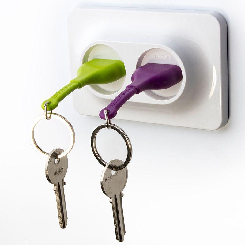 Двойной брелок+держатель для ключа Unplug фиолетовыйQL10149-PUДвойной брелок - держатель для ключей это новинка от команды Qualy . Вы легко сможете узнать, кто пришел домой, по цвету штепселя в розетке. Брелок надежно крепится к стене при помощи дюбелей и не упадет, даже если Вы повесите связку сразу из нескольких ключей. Упаковка изготовлена из перерабатываемого материала. Материал: пластик ABS, силикон; цвет: фиолетовый