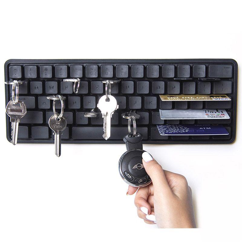 Держатель ключей и мелких предметов Key Board черныйQL10155-BKВ клавиатуре компьютера частенько что-то застревает (например, крошки, нитки) - а дизайнеры Qualy придумали, как превратить это неудобство в достоинство! Пластиковый держатель крепится к стене и подходит для ключей от дома, от автомобиля, почтового ящика и т.д. Плюс в прорези можно вставить банковские карты, пластиковые пропуска и подобные важные нужные вещи. Теперь всё будет в порядке и на своих местах. Материал: пластик ABS; цвет: Черный
