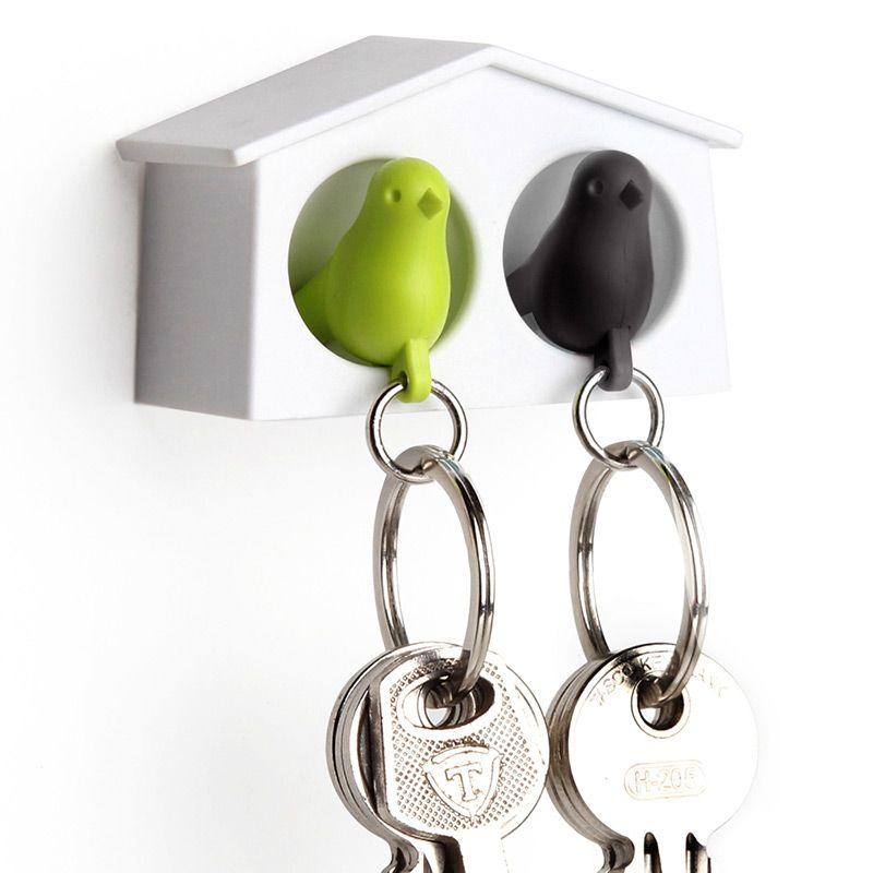 Держатель+брелок для ключей двойной Mini Sparrow зеленый/черныйQL10185-WH-GN-BKПусть ваши ключи обретут своё законное место, а заодно и симпатичный брелок. Прикрепите домик-держатель для двоих возле входной двери и вы всегда будете знать, где ваш ключ. А заодно при входе в квартиру сразу поймете, дома ли ваша вторая половинка. Держатель крепится к стене на специальный надежный скотч (в комплекте), либо вешается на два шурупа. Брелок-птичка крепится к кольцу на ключах. Он так же является свистком, вы всегда сможете пошуметь или позвать на помощь в случае опасности. Размер птички: 2,5 х 1,3 х 3,9 см. Материал: пластик ABS; цвет: зеленый