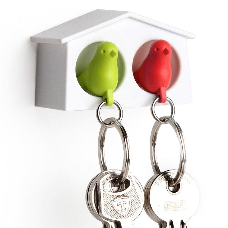 Держатель для ключей Qualy Mini Sparrow, двойной, цвет: зеленый, красныйQL10185-WH-GN-RDДержатель для ключей Qualy Mini Sparrow изготовлен из пластика и выполнен в виде домика с птичками. Птичка в домике означает, что вы уже дома. Но птичка не только брелок, это еще и свисток - когда вы уже готовы к выходу из дома или только что пришли, об этом можно оповестить всю семью! С декоративной точки зрения можно создать удивительную композицию из нескольких домиков и птичек - таким образом, у каждого члена семьи будет свой домик! Держатель имеет два отверстия для подвешивания на стену, также его можно закрепить на клейкую основу. Размер держателя: 6,5 см х 3 см х 4 см. Размер свистка (без учета кольца): 4 см х 2 см х 1,5 см.