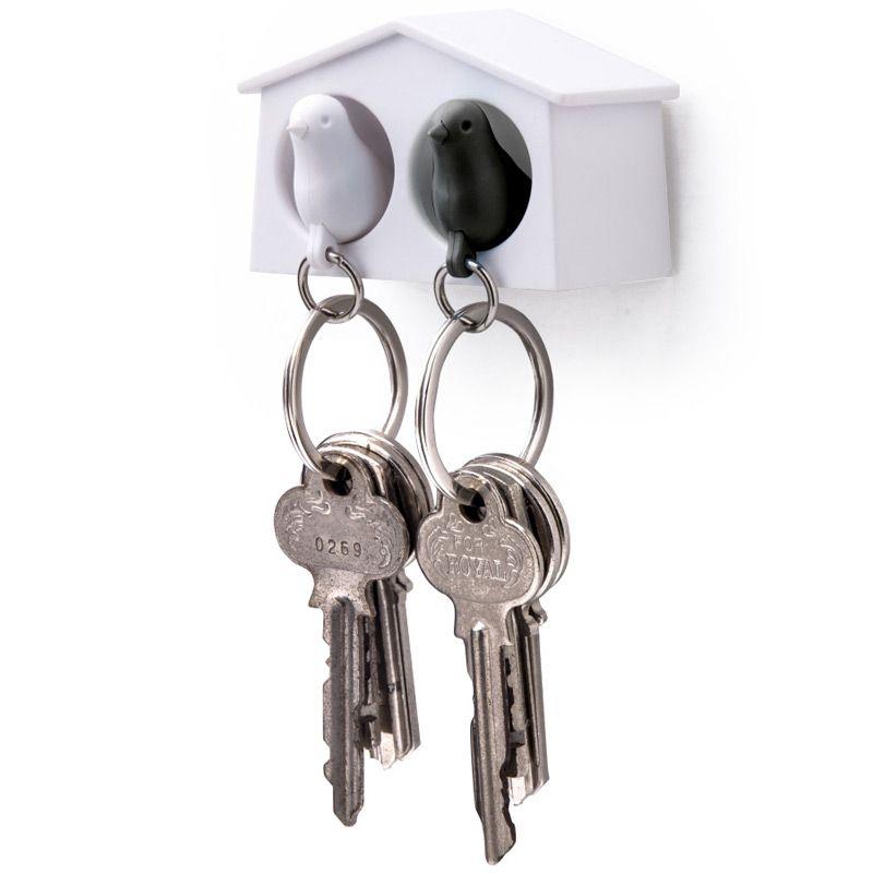 Держатель для ключей Qualy Mini Sparrow, двойной, цвет: белый, черныйQL10185-WH-WH-BKДержатель для ключей Qualy Mini Sparrow изготовлен из пластика и выполнен в виде домика с птичками. Птичка в домике означает, что вы уже дома. Но птичка не только брелок, это еще и свисток - когда вы уже готовы к выходу из дома или только что пришли, об этом можно оповестить всю семью! С декоративной точки зрения можно создать удивительную композицию из нескольких домиков и птичек - таким образом, у каждого члена семьи будет свой домик! Держатель имеет два отверстия для подвешивания на стену, также его можно закрепить на клейкую основу. Размер держателя: 6,5 см х 3 см х 4 см. Размер свистка (без учета кольца): 4 см х 2 см х 1,5 см.