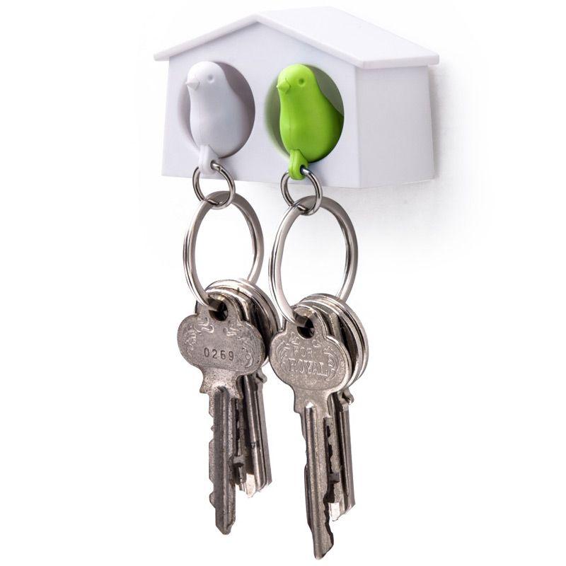 Держатель для ключей Qualy Mini Sparrow, двойной, цвет: белый, зеленыйQL10185WH-WH-GNДержатель для ключей Qualy Mini Sparrow изготовлен из пластика и выполнен в виде домика с птичками. Птичка в домике означает, что вы уже дома. Но птичка не только брелок, это еще и свисток - когда вы уже готовы к выходу из дома или только что пришли, об этом можно оповестить всю семью! С декоративной точки зрения можно создать удивительную композицию из нескольких домиков и птичек - таким образом, у каждого члена семьи свой домик! Держатель имеет два отверстия для подвешивания на стену, также его можно закрепить на клейкую основу. Размер держателя: 6,5 см х 3 см х 4 см. Размер свистка (без учета кольца): 4 см х 2 см х 1,5 см.
