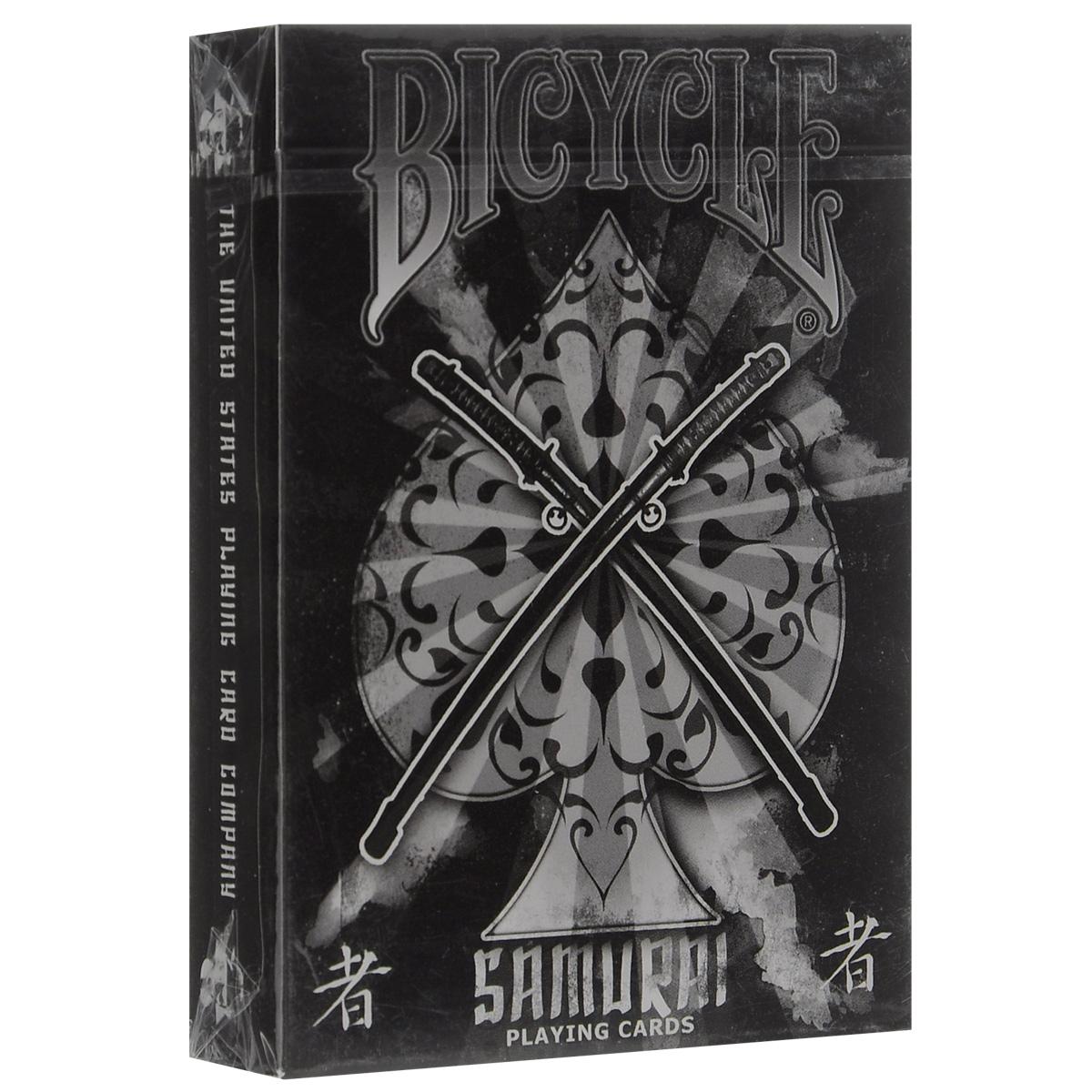 Игральные карты Bicycle Самурай 2, цвет: черный, белый, красныйК-415Прекрасные игральные карты Bicycle с дизайном на тему самураев. Дизайн разработан Сэмом Хайлэсом. Дизайн туза пик и джокеров был специально нарисован именно для этой колоды.