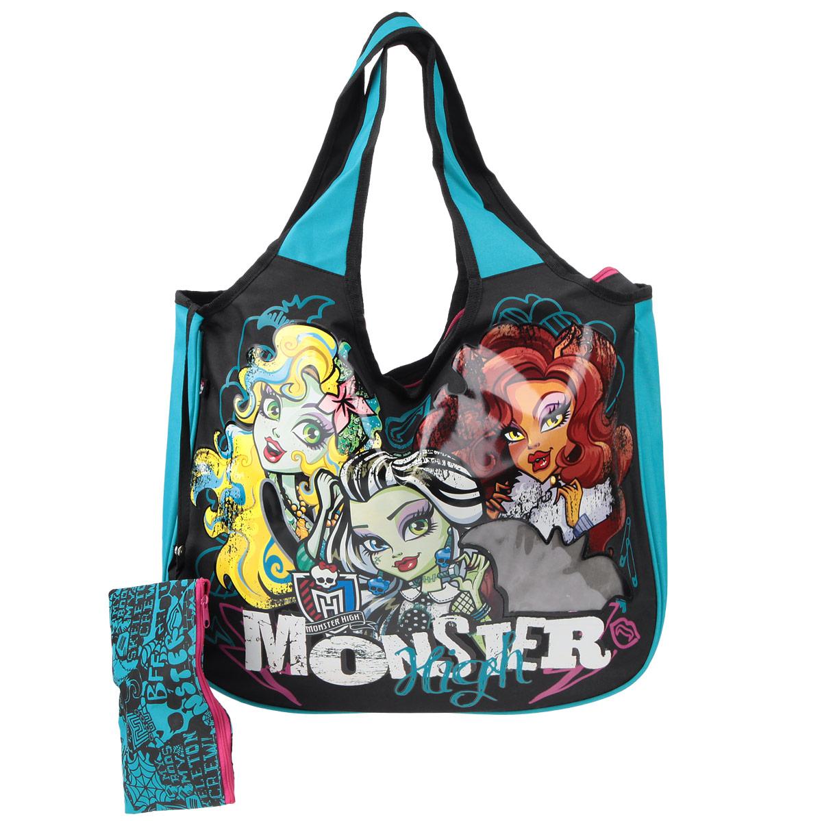 Сумка детская Monster High, цвет: черный, бирюзовый. MHBS-UT1-1445MHBS-UT1-1445Эффектная детская сумка Monster High обязательно понравится вашему ребенку. Сумочка выполнена из легкого текстильного материала и украшена ярким принтом с изображением героев одноименного популярного мультсериала и прозрачным фрагментом в форме летучей мыши. Сумка имеет одно большое внутреннее отделение, которое застегивается на молнию. Яркую сумку с длинными текстильными ручками можно носить как в руках, так и на плече. Ручки выполнены цельными с основой, благодаря чему предотвращается возможное повреждение в местах их соединения с корпусом. К сумке пристегнут небольшой текстильный кошелек на молнии, который может использоваться отдельно.