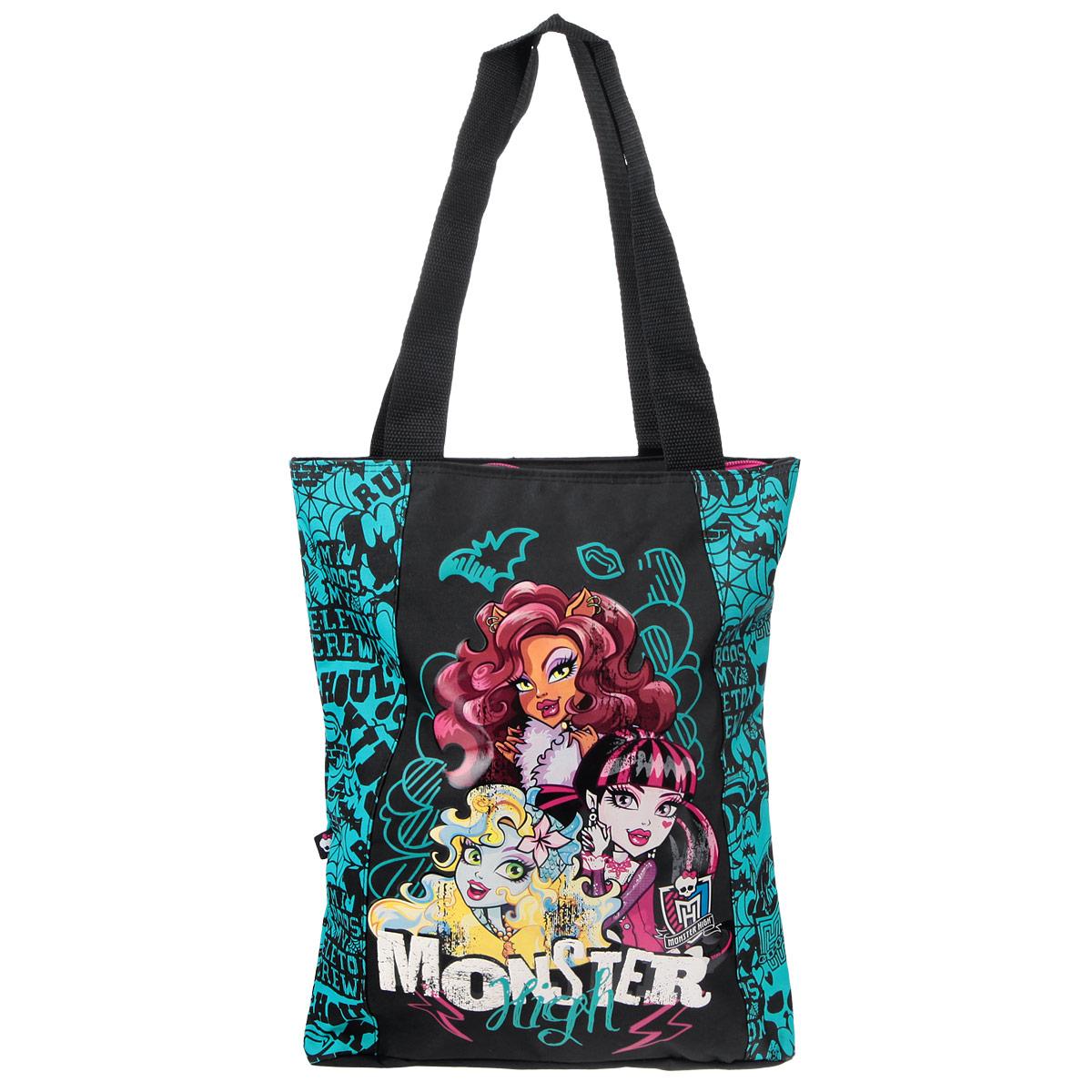 Сумка детская Monster High, цвет: черный, бирюзовый. MHBA-UT1-5011BMHBA-UT1-5011BЭффектная детская сумка Monster High обязательно понравится вашему ребенку. Сумочка выполнена из легкого текстильного материала и украшена ярким принтом с изображением героев одноименного популярного мультсериала. Сумка имеет одно большое внутреннее отделение, которое застегивается на молнию. Внутри находится небольшой вшитый карман на молнии. Яркую сумку с длинными текстильными ручками можно носить как в руках, так и на плече.