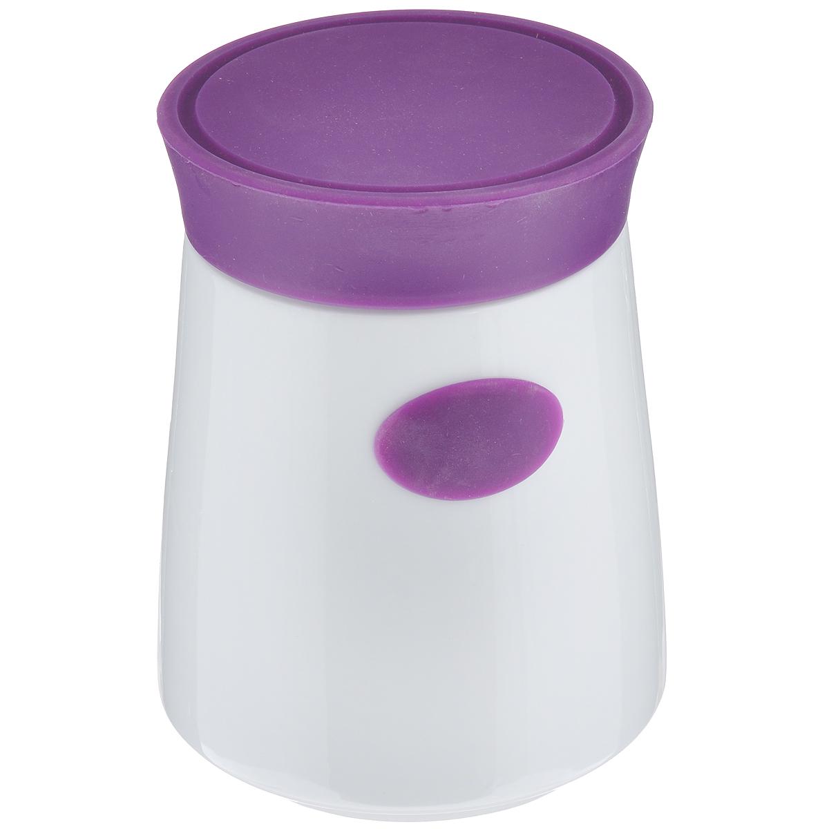 Банка для сыпучих продуктов House & Holder, цвет: белый, фиолетовый, 1,2 л7D504Банка для сыпучих продуктов House & Holder изготовлена из высококачественной керамики белого цвета. Емкость оснащена плотно закрывающейся цветной силиконовой крышкой, которая предохраняет продукты от влаги и сохраняет их свежими. Изделие прекрасно подходит для хранения макарон, круп, специй, сахара, чая, кофе и других продуктов. Такая емкость станет полезным и функциональным предметом на каждой кухне. Диаметр (по верхнему краю): 10 см. Высота: 16 см.