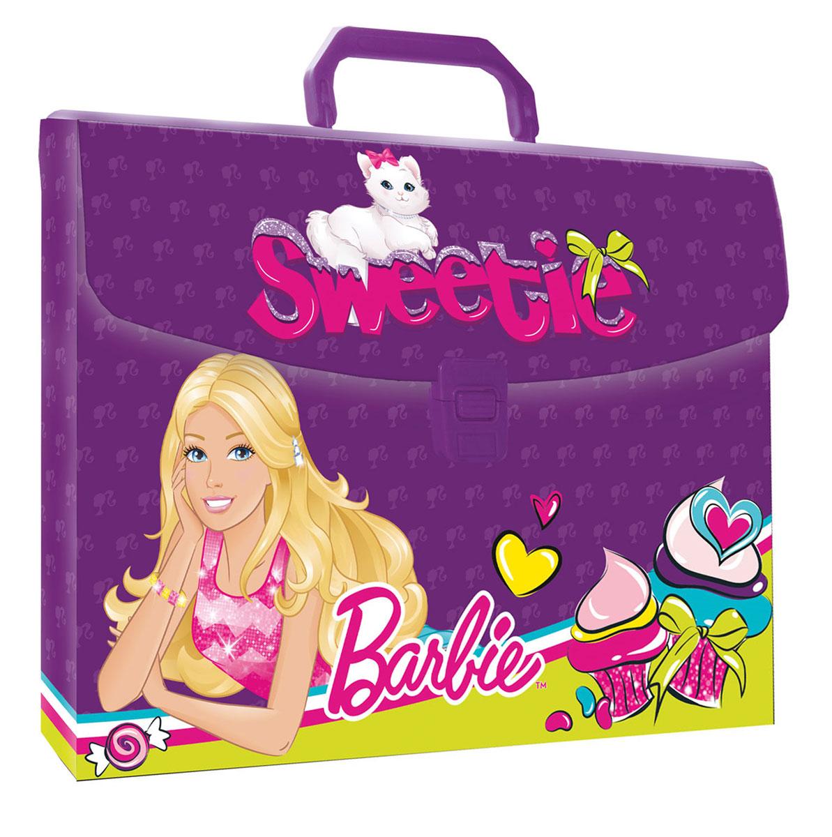 Папка-портфель Barbie. Формат А4BRCB-US1-PLB-FB65Легкая папка-портфель Barbie - удобный и практичный вариант для транспортировки и хранения различных бумаг и вещей максимального формата А4. Папка прямоугольной формы выполнена из прочного полипропилена и оформлена изображениями куклы Барби, любимой игрушки многих девочек. Папка-портфель содержит одно вместительное отделение и закрывается с помощью пластиковой защелки. Надежная пластиковая ручка делает транспортировку школьных принадлежностей максимально комфортной и удобной.