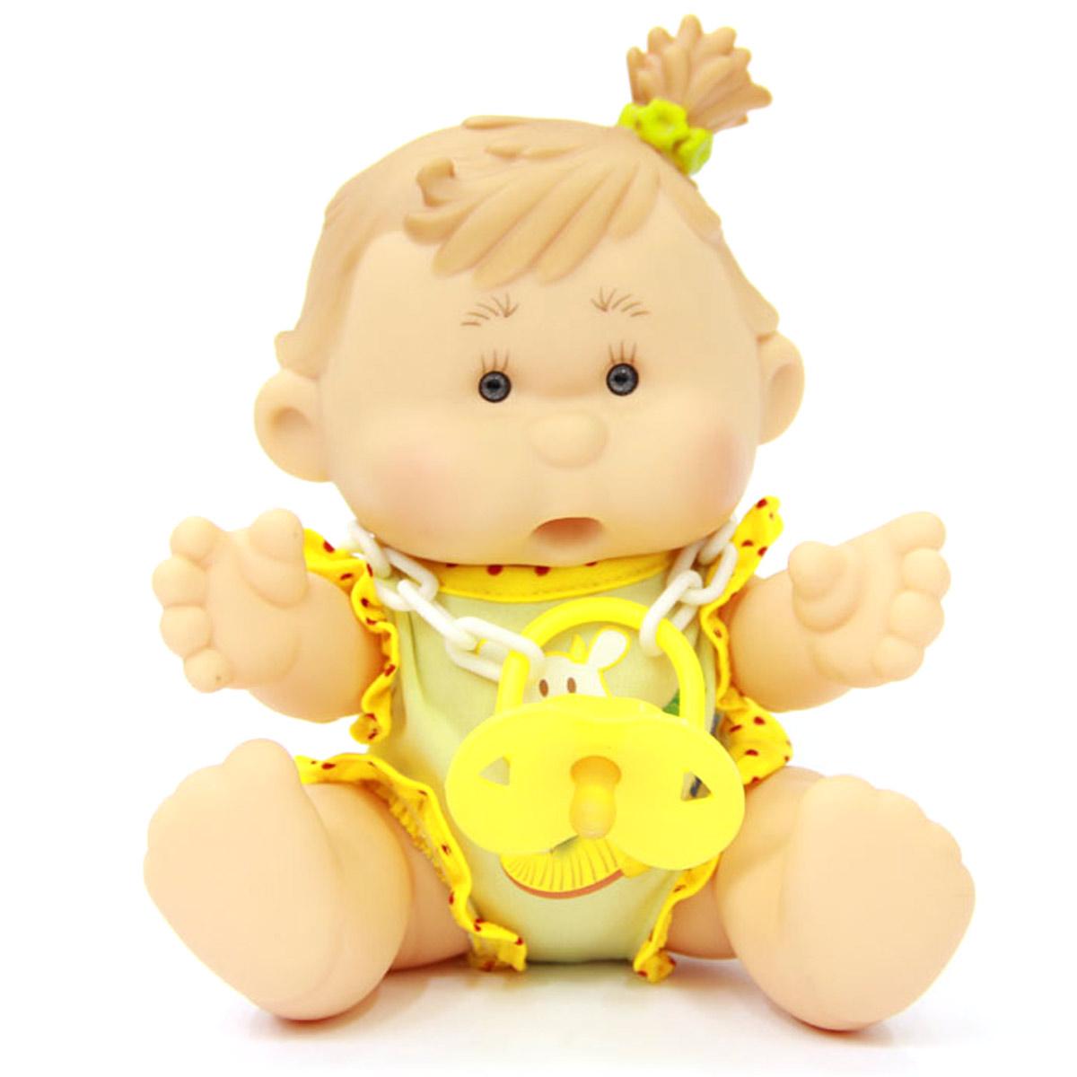 Yogurtinis Пупс Лика Ананас15002-7Кукла-пупс Yogurtinis Лика Ананас - порадует вашу малышку и доставит ей много удовольствия от часов, посвященных игре с ней. Пупс - симпатичная и ароматизированная игрушка, от которой исходит приятный и ненавязчивый аромат ананаса. На шее у Лики имеется соска на пластиковой цепочке, которую можно вставить в ротик пупсу. Кукла выполнена из резины, что позволяет брать ее с собой во время купания или же просто искупать отдельно. Части тела у пупсика подвижные, поэтому он может принимать разнообразные положения. Пупс упакован в пластиковую фирменную баночку. Каждая девочка сможет подобрать себе пупса Yogurtinis, ориентируясь на свои «фруктовые» предпочтения. Игра с куклой разовьет в вашей малышке чувство ответственности и заботы. Порадуйте свою принцессу таким великолепным подарком.