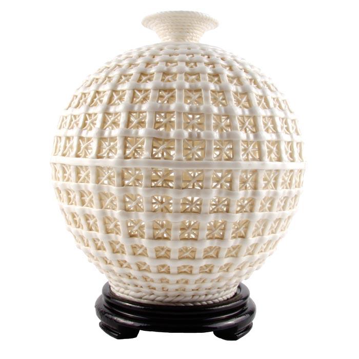 Декоративная интерьерная ваза. Художественное стекло. Конец XX векаПБ ДПА 16082016-8Декоративная интерьерная ваза. Художественное стекло. Западная Европа, конец XX века. Высота 23 см, диаметр тулова 18 см. Сохранность хорошая. Необычная декоративная ваза как будто сплетена из толстых стеклянных нитей молочно-белого цвета. Изделие отличает тонкая работа со стеклом, необычный дизайн. Замечательный подарок ценителю изящного и оригинальный штрих к вашему интерьеру!