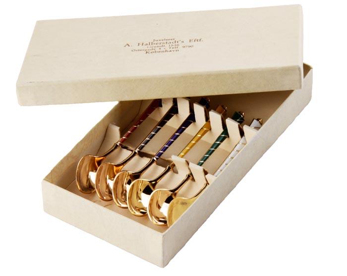 Комплект из шести кофейных ложечек. Белый металл, гильошированная эмаль. Дания, вторая половина XX векаОС27728Комплект из шести кофейных ложечек. Белый металл, гильошированная эмаль. Дания, вторая половина XX века. Длина 9,5 см, ширина 2 см. Размер коробки 15,5 х 7,5 х 2,5 см. Сохранность хорошая, но наблюдается частичная деформация эмали. На каждой - клеймо Sterling Denmark с указанием пробы. Ложечки выполнены в стилистике Фаберже. Роскошные ложечки для кофе, белый металл, позолота, сверху ложечки украшены дорогой техникой гильошированной эмали. Великолепные насыщенные цвета! Тонкий изящный декор делает этот набор великолепным подарком и особенным украшением домашней коллекции!