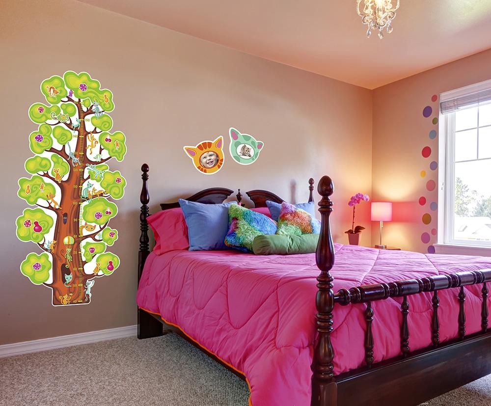 Детский ростомер КвикДекор Кошачье деревоRM-13-0004Детский ростомер КвикДекор Кошачье дерево  станет полезным и привлекательным украшением детской комнаты для вашего ребенка. Cаженцы удивительного дерева! На нем растут чудо-цветы и фрукты, а на удобных ветках скапливаются цветные кошки. Приживается наше дерево просто на стене - не надо поливать и пересаживать. Взрослое приклеенное дерево стабильно приносит в дом радость и уют. Внимание, требуется уход: любование, переклеивание кошек и придумывание сказок Играют, карабкаются по стволу, уютно спят на ветках, мурлыкают тихие долгие истории и потягиваются, выгнув спинку вопросительным знаком. В придачу к котодереву - две дивные теплые рамочки с ушками. Приклейте в них фотографию своего малыша, и он на время превратится в забавного милого котенка! Рамочки уже прорезаны по контурам, остается только подобрать подходящую детскую фотографию и наложить на нее котеночью голову. Прикрепите собранный ростомер на стену или дверь и отмечайте на нем динамику роста вашего ребенка. С...