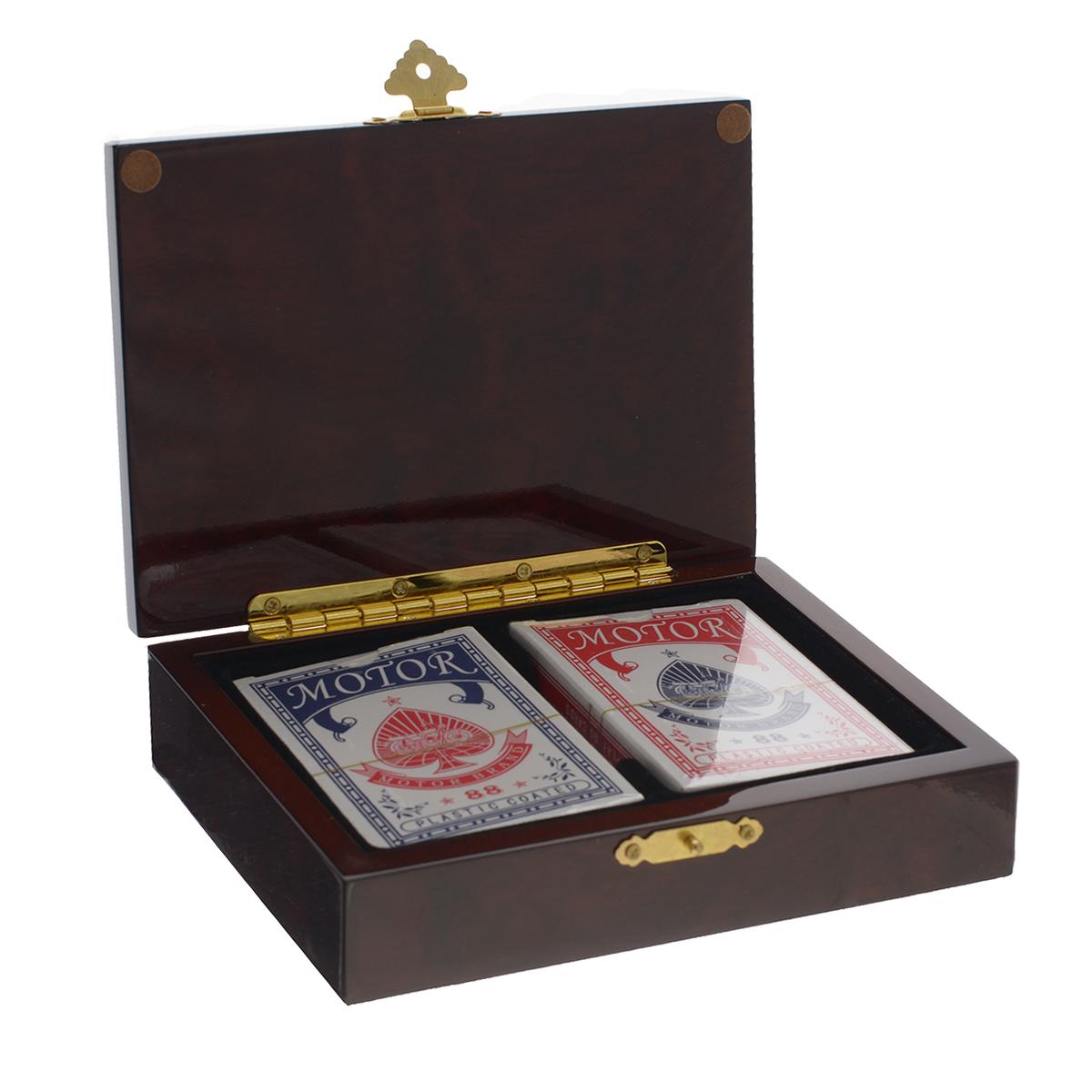 Подарочный набор Русские Подарки Покер, размер: 17*12*4 см. 4452644526Компактный игровой набор включает в себя две колоды пластиковых карт. Карты прекрасно подойдут для профессиональных игроков в покер и другие карточные игры, так как имеют очень гладкую поверхность, высококачественное покрытие и стандартный покерный размер. Предметы набора упакованы в деревянную шкатулку с лаковой поверхностью. Такой набор послужит оригинальным подарком для любителей карточных игр.
