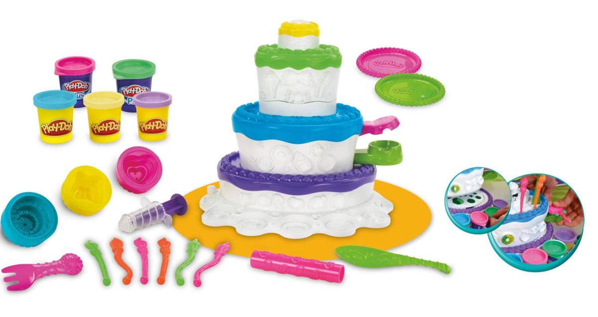 Play-Doh Игровой набор Праздничный тортA7401EU4Игровой набор с пластилином Play-Doh Праздничный торт привлечет внимание вашего ребенка и подарит ему массу положительных эмоций. Малыш сможет почувствовать себя настоящим кондитером, ведь в набор входит все необходимое для работы! Набор включает баночки с пластилином бирюзового, сиреневого, бежевого и ярко-розового цветов, игровую основу, выполненную в форме многослойного торта, 6 свечей, 2 тарелочки, нож, вилка, кондитерский шприц, аксессуары-формочки и палочка для раскатки пластилина. Различные углубления и прессы позволят украсить торт и создать неповторимый шедевр. Пластилин, входящий в набор, обладает отличными пластичными свойствами, хорошо размягчается и не липнет к рукам и не пачкает одежду. Игра с таким набором поможет ребенку развить воображение, координацию и мелкую моторику рук. Порадуйте его таким замечательным подарком!