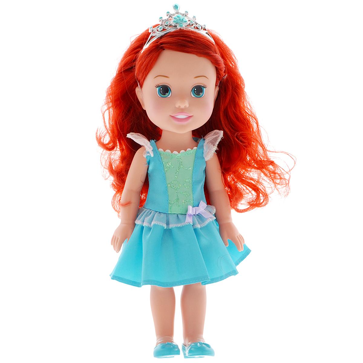Disney Princess Кукла Малышка Ариэль цвет платья голубой751170Кукла Disney Princess Малышка Ариэль - это прекрасная принцесса, которая обязательно понравится вашей дочурке. Туловище куклы выполнено из высококачественного пластика; голова, ручки и ножки подвижны. Принцесса одета в красивое платье, оформленное блестками и кружевами. На ножках туфельки. Кукла имеет длинные шелковистые волосы, которые можно заплетать в различные прически. На голове - королевская тиара. Такая куколка очарует вас и вашу дочурку с первого взгляда! Ваша малышка с удовольствием будет играть с принцессой, проигрывая сюжеты из мультфильма или придумывая различные истории. Порадуйте свою дочурку таким замечательным подарком!