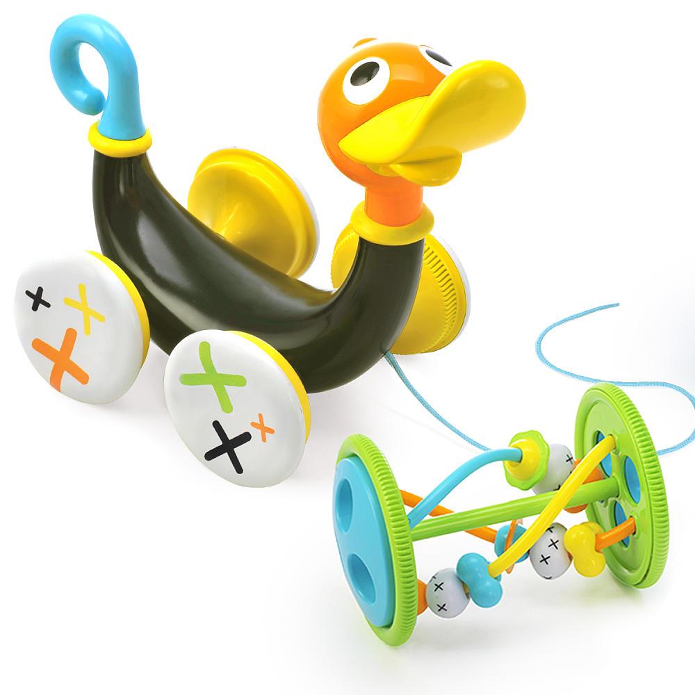 Игрушка развивающая Yookidoo Музыкальная уточка40129С развивающей игрушкой Yookidoo Музыкальная уточка малыш научится совершать свои первые шаги. Игрушка выполнена из прочного безопасного пластика. Ребенок тянет за веревочку (которая раполагается в теле уточки), и игрушка едет вперед, при этом она свистит и издает забавные звуки. Звуки включаются только тогда, когда игрушка едет. Для того, чтобы насладиться игрой, малыш должен учиться шагать вперед и при этом тянуть уточку за собой. Если ребенку надоест музыкальное спровождение, то его можно отключить, повернув хвостик Уточки. Кроме этого, дополнительно в набор входит большая игрушка-погремушка, которая крепится к телу Уточки. Погремушку можно снимать и использовать как отдельную игрушку. На игрушке располагаются различные элементы, которые малыш может перетаскивать пальчиками из стороны в сторону. Музыкальная уточка учит малыша ходить, развивает мелкую моторику рук, логику, слуховое восприятие. Она обязательно понравится малышу и доставит ему много удовольствия....