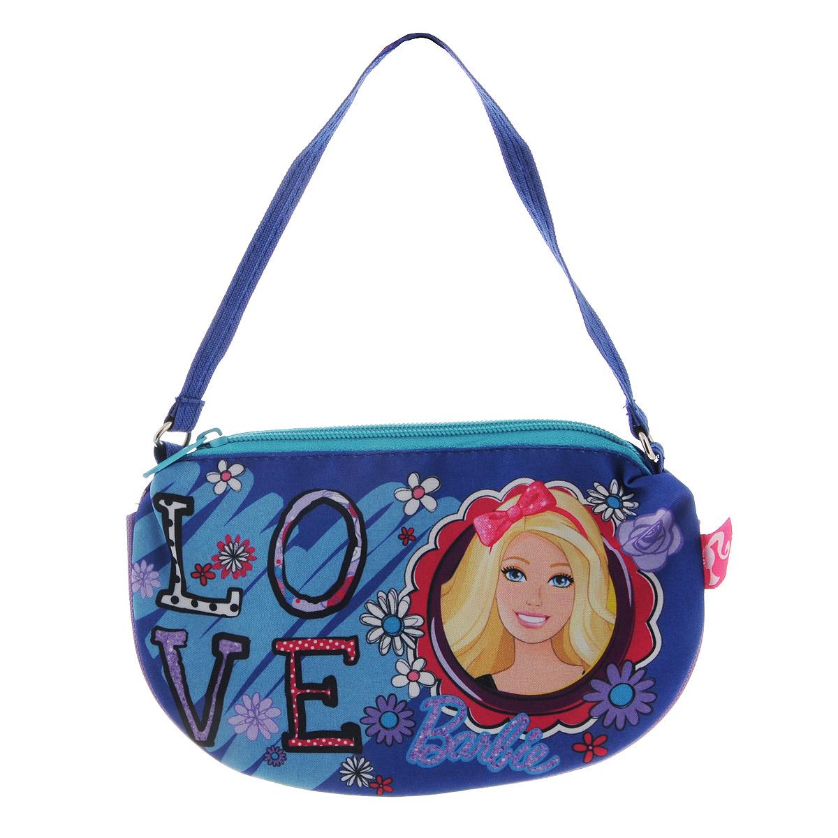 Сумочка Barbie, цвет: синий. BRCB-UT4-4017BRCB-UT4-4017Яркая сумочка Barbie станет незаменимым аксессуаром для вашей маленькой модницы! Она изготовлена из текстильного материала и оформлена объемной аппликацией в виде изображения любимой сказочной героини. Сумка имеет одно отделение и закрывается на застежку-молнию. Ваша малышка с удовольствием будет носить в ней свои вещи, любимые игрушки или аксессуары. Порадуйте ее таким замечательным подарком!