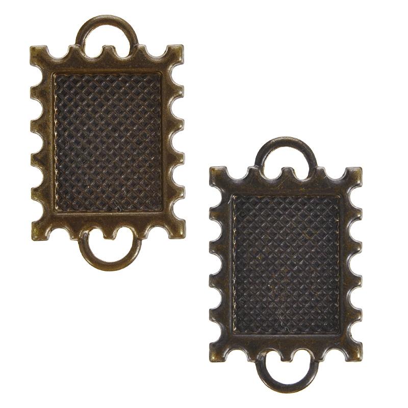 Коннектор для бижутерии Vintaj Почтовая марка, 30 мм х 19 мм, 2 штC2H0002RRНабор Vintaj Почтовая марка изготовлен из металла и используется для создания бижутерии. Элементы выполнены в виде почтовой марки с окаймовкой. Коннекторы - это декоративные соединительные элементы, являющиеся одним из видов фурнитуры для бижутерии при создании украшений своими руками. Они бывают разных размеров и стилей, а также имеют две и более петли (отверстия). Используют коннекторы как дополнительный элемент в украшение, который служит соединительным звеном при сборке браслетов, колье, бус. Посредством коннектора для бижутерии можно прикрепить различные бусины, камни или металлические детали, что с успехом используется при создании серег и кулонов и, таким образом, коннектор может стать основным элементом создаваемого вами украшения. Коннектор это важный и незаменимый элемент для создания бижутерии. Он преображает внешний вид изделия, делая его более выразительным, эффектным и стильным. Размер элемента: 30 мм х 19 мм.