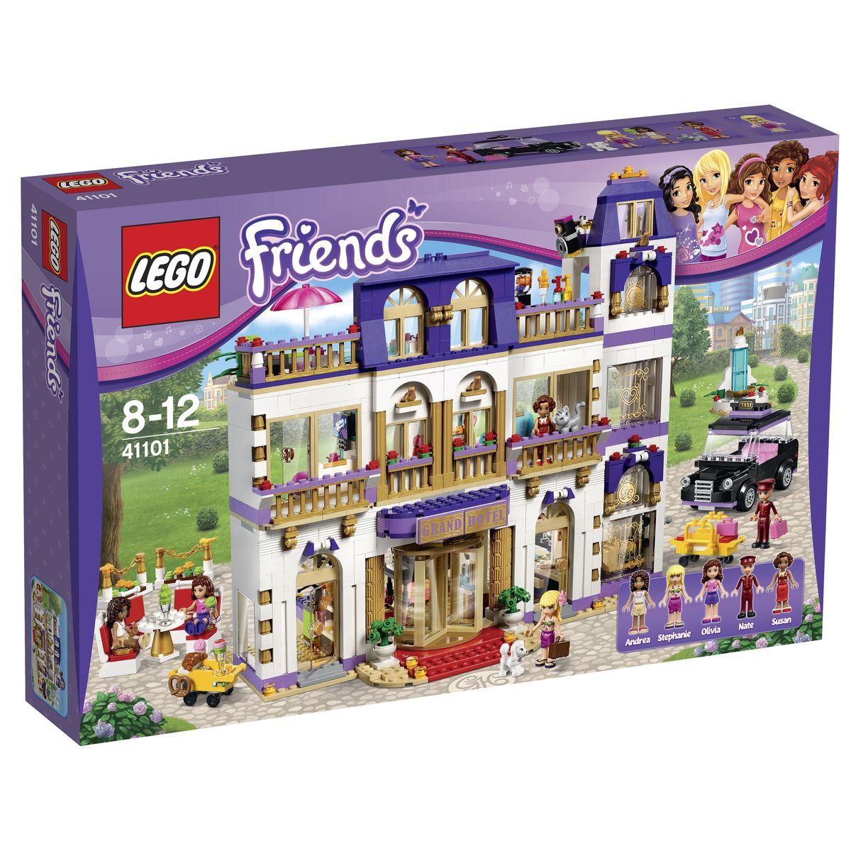 LEGO Friends Конструктор Гранд-отель 4110141101Гранд-отель из набора LEGO 41101 представляет собой трехэтажное здание с балконами и верандами. Его фасад выполнен из светло-бежевых деталей с добавлением позолоченных колонн, орнаментов и скульптур. Перед входом организована просторная гостевая зона с заграждениями, парковкой для такси и фонтаном. Центральный вход, оборудованный козырьком с вывеской и вращающейся дверью, сделан в лучших традициях дорогих гостиниц. К нему ведет лестница с фонариками и клумбами, напоминающая собой красную ковровую дорожку для очень важных персон. Пройдя по ней, можно очутиться в просторном холле Гранд-отеля. Справа располагается стойка регистрации и место консьержа, оборудованное прямоугольной столешницей, компьютером, монитором и тележкой для багажа. Напротив открыта кондитерская с огромным выбором свежей выпечки и пирожных. Для удобства посетителей в кафе есть уютный столик и четыре стула, сидя на которых так приятно полакомиться вкуснейшими десертами от шеф-повара. Центральная часть холла отведена...