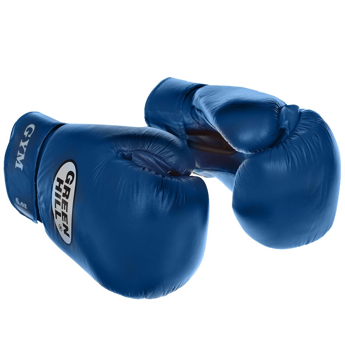 Перчатки боксерские Green Hill Gym, цвет: синий. Вес 12 унцийBGG-2018Боксерские тренировочные перчатки Green Hill Gym выполнены из натуральной кожи. Они специально разработаны для тренировочных спаррингов. Перфорированная поверхность в области ладони позволяет создать максимально комфортный терморежим во время занятий. Наполнитель из предварительно сформированного пенополиуретана. Широкий ремень, охватывая запястье, полностью оборачивается вокруг манжеты, благодаря чему создается дополнительная защита лучезапястного сустава от травмирования. Застежка на липучке способствует быстрому и удобному одеванию перчаток, плотно фиксирует перчатки на руке.