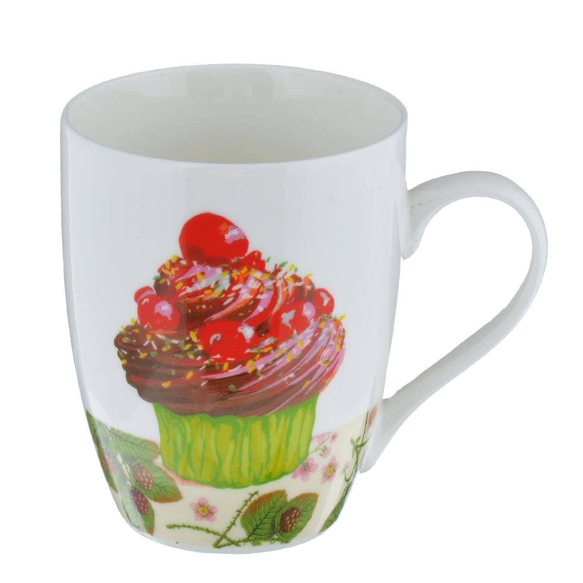 Кружка Ягодный десерт, цвет: белый, 335 млLQB09-H01 белаяКружка Ягодный десерт изготовлена из высококачественного фарфора, покрытого слоем сверкающей глазури. Внешние стенки изделия оформлены красочным изображением пирожного с ягодами. Такая кружка прекрасно подойдет для горячих и холодных напитков. Она дополнит коллекцию вашей кухонной посуды и будет служить долгие годы. Можно использовать в посудомоечной машине и СВЧ. Объем кружки: 335 мл. Диаметр кружки (по верхнему краю): 8 см. Высота стенки кружки: 10,5 см.