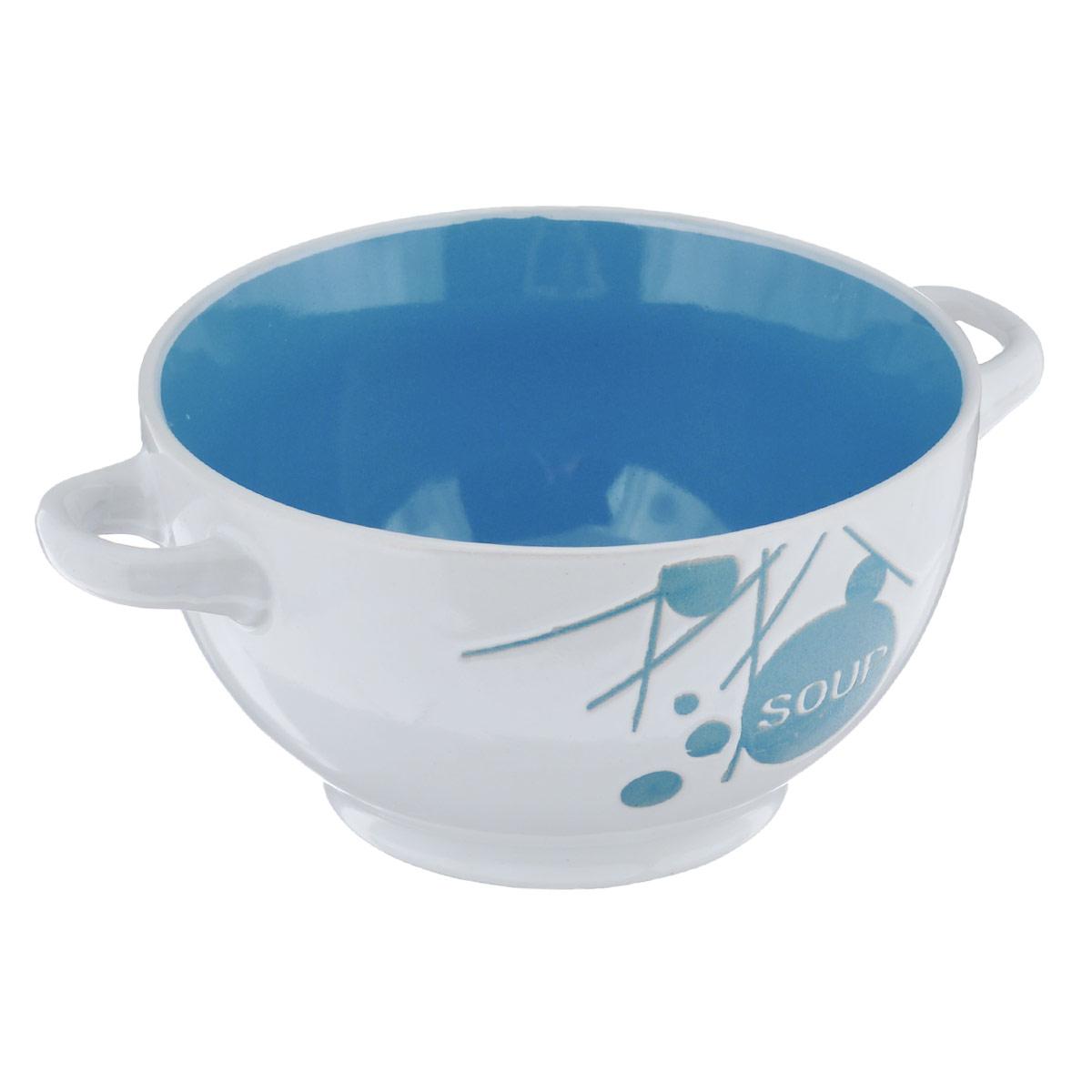 Салатник Wing Star, цвет: белый, синий, 500 млLJ10-D112BСалатник с ручками Wing Star покорит вас своей красотой и качеством исполнения. Изделие выполнено из высококачественной керамики - обожженной, глазурованной снаружи и изнутри глины. При изготовлении использовался рельефный способ нанесения декора, когда рельефная поверхность подготавливается в процессе формовки, и изделие обрабатывается с уже готовым декором. Благодаря этому достигается эффект неровного на ощупь рисунка, как бы утопленного внутрь глазури и являющегося его естественным элементом. Такой салатник прекрасно подходит для холодных и горячих блюд: каш, хлопьев, супов, салатов и т.д. Он дополнит коллекцию вашей кухонной посуды и будет служить долгие годы. Можно использовать в посудомоечной машине и СВЧ. Объем салатника: 500 мл. Диаметр салатника (по верхнему краю): 14 см. Ширина салатника (с учетом ручек): 18 см. Высота стенки салатника: 8 см.
