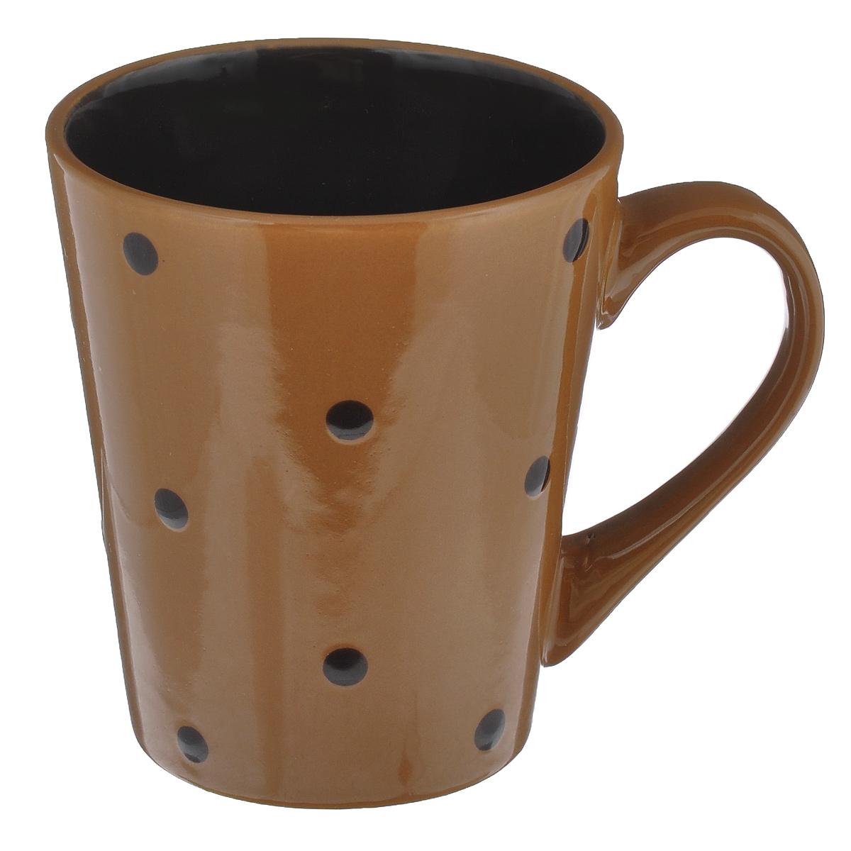 Кружка Горошек, цвет: светло-коричневый, 300 млHV95506BR светло-коричневыйКружка Горошек изготовлена из высококачественной керамики. Первоклассная глина, двухступенчатый обжиг, мягкие краски и простой контрастный рисунок в горошек на глянцевой поверхности - отличительные особенности данного изделия. Такая кружка прекрасно подойдет для горячих напитков. Она дополнит коллекцию вашей кухонной посуды и будет служить долгие годы. Можно использовать в посудомоечной машине и СВЧ. Поверхность не царапается при щадящем мытье, без использования абразивов и химически агрессивных моющих средств. Объем: 300 мл. Диаметр кружки (по верхнему краю): 8 см. Высота стенки кружки: 10,5 см.