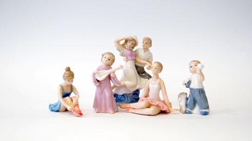 Коллекционный набор из 5 фарфоровых фигурокPCLBUNDL5 фарфоровых фигурок из набора от DeAgostini станут замечательным украшением вашего интерьера и прекрасным дополнением коллекции. В набор входят фигуры танцующей пары, ангела, ребенка и двух балерин. Аккуратно и детально проработанные фарфоровые статуэтки порадуют каждого коллекционера! Высота статуэток от 8 до 11 см. Категория 14+.