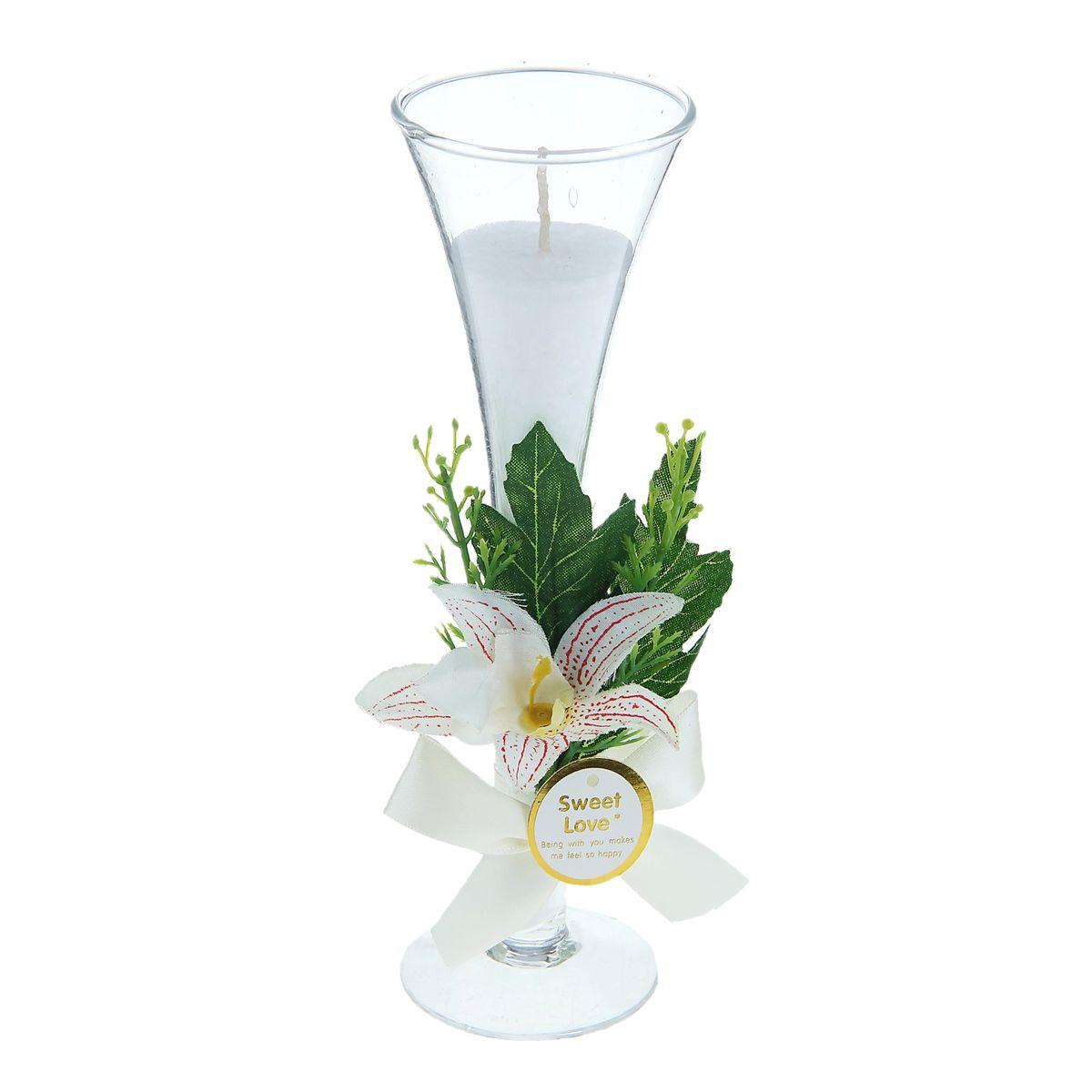 Свеча Sima-land Орхидея, цвет: белый, высота 20,5 см1030862Декоративная свеча Sima-land Орхидея в стеклянном бокале на тонкой ножке станет чудесным дополнением интерьера. Изделие оформлено композицией из искусственных цветов и белой атласной лентой. Свеча - всегда желанный подарок, ее огонь дарит тепло и свет. В каждом доме ей найдется место. Декоративные свечи - это также неотъемлемый атрибут свадьбы. Они подчеркнут стиль свадьбы в оформлении банкета и создадут особую интимную, уютную атмосферу. Свадебные свечи применяются также в распространенной свадебной традиции - зажжении семейного очага.