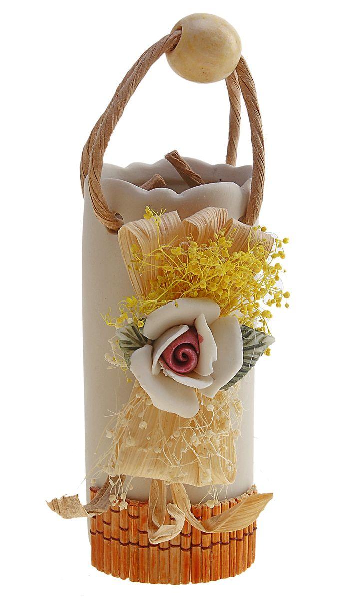Ваза декоративная Sima-land Катерина, высота 11 см. 366366Ваза декоративная Sima-land Катерина изготовлена из прочной керамики. Изделие оформлено декором в виде объемного цветка с сухоцветами и оснащено оригинальной ручкой с деревянным шариком. Ваза предназначена для сухих или искусственных цветов и растений. Любое помещение выглядит незавершенным без правильно расположенных предметов интерьера. Они помогают создать уют, расставить акценты, подчеркнуть достоинства или скрыть недостатки. Размер вазы (без учета ручки): 4,5 см х 4,5 см х 11 см.