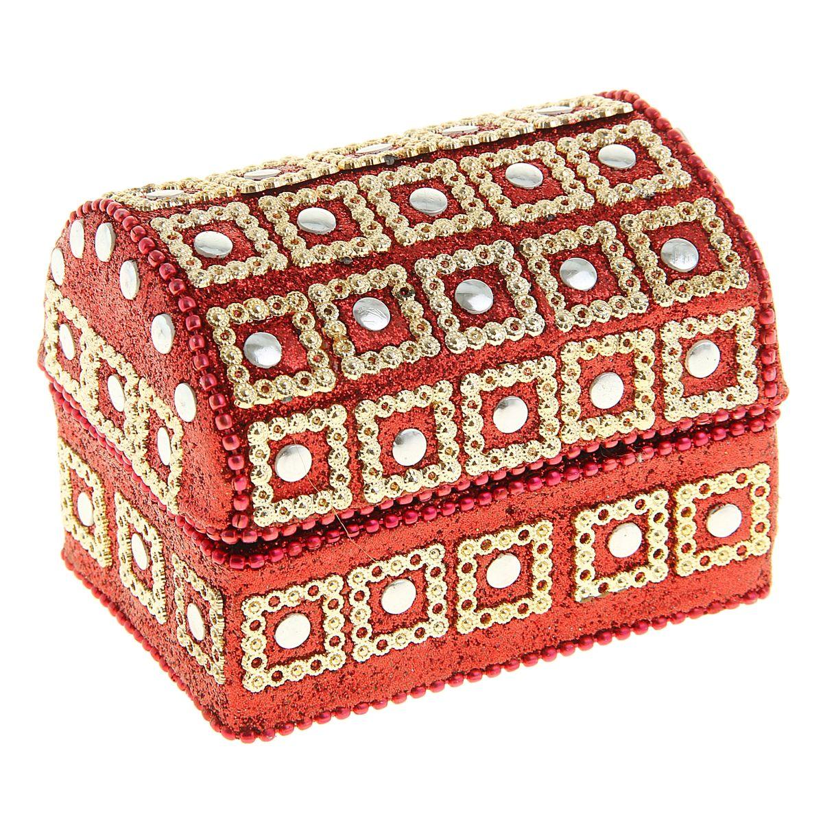 Шкатулка Sima-land Золотые квадраты, 8,5 х 6 х 6,5 см699598Шкатулка Sima-land Золотые квадраты выполнена из дерева и отделана металлом. Оформлена множеством блестящих вставок. Шкатулка имеет 1 секцию. Чем больше шкатулок, тем больше украшений. Говорят, что шкатулки их притягивают. А если это настоящая индийская шкатулка, да еще и ручной работы, тогда точно все украшения будут заползать туда сами. Представьте, как там будет уютно вашим сережкам или подвеске, часам или цепочке: это настоящий дворец для любимых аксессуаров. Шкатулка для украшений Золотые квадраты, словно настоящий ларец принцессы, ее форма, материал, узоры, оригинальное обрамление, все это буквально завораживает. Ваши украшения скажут вам только спасибо за такой славный домик! Шкатулка станет приятным подарком женщине по случаю праздника, она обязательно оценит ваш безупречный вкус.