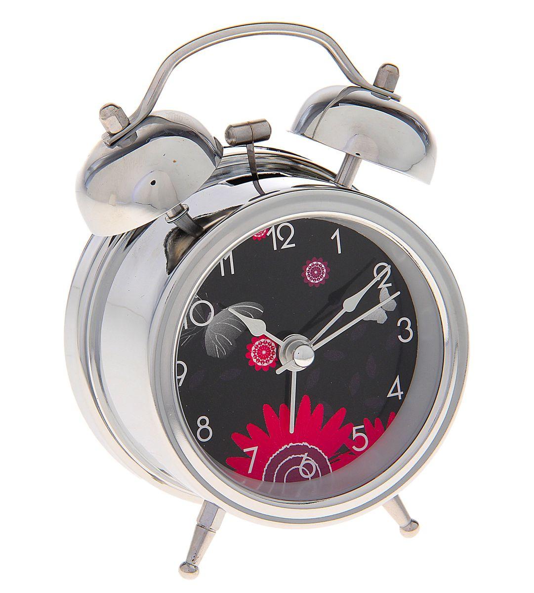 Часы-будильник Sima-land Цветы. 720810720810Как же сложно иногда вставать вовремя! Всегда так хочется поспать еще хотя бы 5 минут и бывает, что мы просыпаем. Теперь этого не случится! Яркий, оригинальный будильник Sima-land Цветы поможет вам всегда вставать в нужное время и успевать везде и всюду. Корпус будильника выполнен из хромированного металла. Циферблат черного цвета оформлен изображением розовых цветов и бабочки. Часы снабжены 4 стрелками (секундная, минутная, часовая и для будильника). На задней панели будильника расположен переключатель включения/выключения механизма, а также два колесика для настройки текущего времени и времени звонка будильника. Изделие снабжено подсветкой, которая включается нажатием кнопки с задней стороны. Пользоваться будильником очень легко: нужно всего лишь поставить батарейку, настроить точное время и установить время звонка. Будильник Цветы - привлекательная деталь в обстановке, которая поможет воплотить вашу интерьерную идею, создать неповторимую...