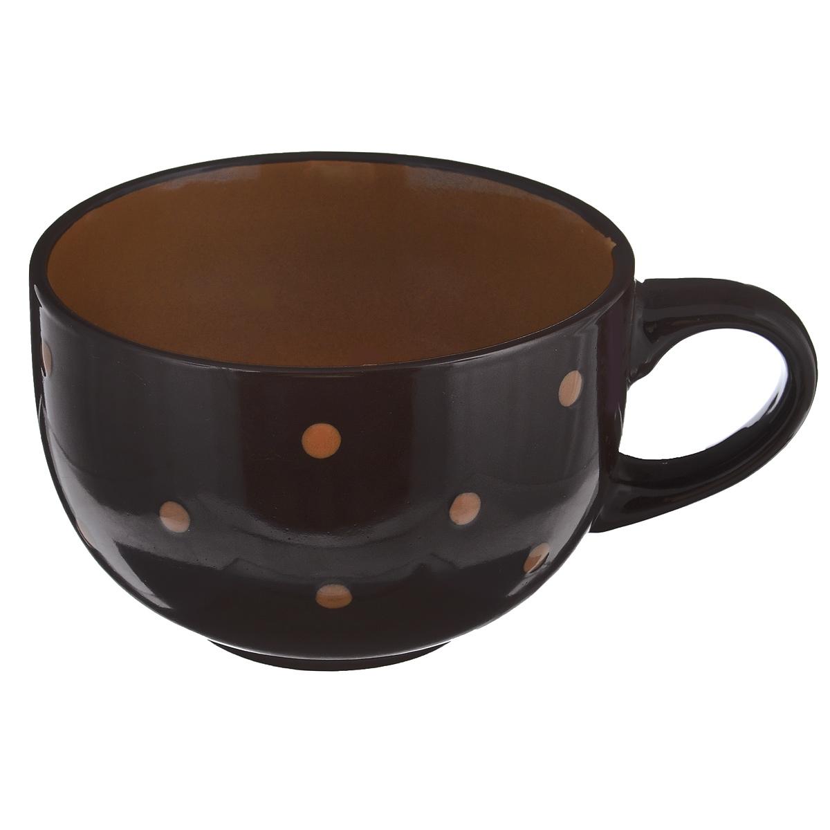 Чашка большая Горошек, цвет: темно-коричневый, 640 млHV95516BRБольшая чашка Горошек изготовлена из высококачественной керамики. Первоклассная глина, двухступенчатый обжиг, мягкие краски и простой контрастный рисунок в горошек на глянцевой поверхности - отличительные особенности данного изделия. Такая чашка прекрасно подойдет для горячих и холодных напитков, а также для супа, хлопьев, каш и т.д. Она дополнит коллекцию вашей кухонной посуды и будет служить долгие годы. Можно использовать в посудомоечной машине и СВЧ. Поверхность не царапается при щадящем мытье, без использования абразивов и химически агрессивных моющих средств. Объем: 640 мл. Диаметр чашки (по верхнему краю): 13 см. Высота стенки чашки: 8,5 см.
