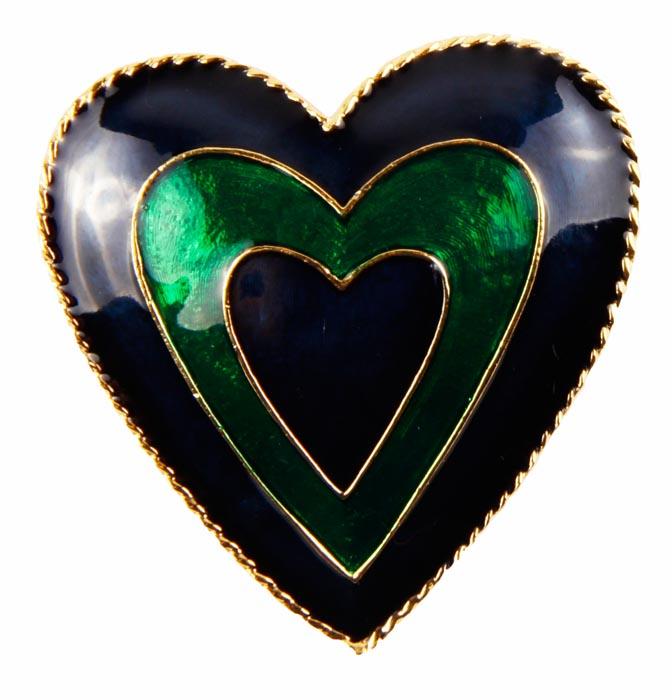 Винтажная брошь Сердце. Бижутерный сплав, полихромные эмали. Конец ХХ векаFL1Винтажная брошь Сердце. Бижутерный сплав, полихромные эмали. Конец ХХ века . Размер броши 4 х 4 см. Сохранность хорошая. На обороте брошь имеет каталожный номер компании производителя . Брошь выполнена в форме сердца. Вся поверхность сердечка заполнена синей и зеленой эмалью . . Брошь станет стильным украшением для творческой натуры и гармонично дополнит Ваш наряд, станет завершающим штрихом в создании образа.