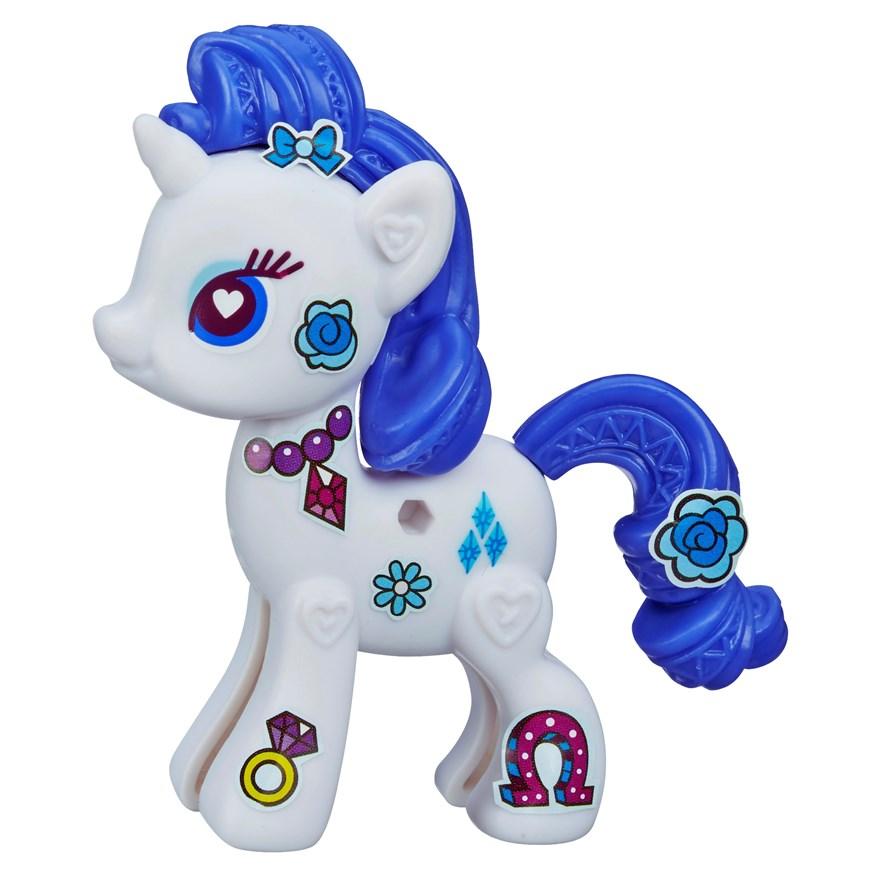My Little Pony Pop Игровой набор RarityB3592EU4_A8270RarityИгровой набор My Little Pony Pop Rarity откроет перед вашей малышкой невероятные возможности! Девочка сможет сама собрать свою любимую пони - или придумать уникальную, комбинируя элементы из разных наборов. В набор входят элементы фигурки пони Рарити - 2 детали туловища, грива, хвостик, а также лист с наклейками, которыми малышка сможет украсить пони по своему вкусу. Все элементы набора выполнены из прочного безопасного пластика. Все элементы набора легко соединяются друг с другом и собрать очаровательную пони не составит труда. Набор совместим с другими наборами из серии My Little Pony Pop, что позволит малышке создать свою собственную, уникальную пони. Рарити - самая красивая и элегантная лошадка в Понивилле. Она тщательно следит за своей внешностью, но не побоится испачкаться, чтобы прийти на помощь своим друзьям. Рарити знает все о моде и создает невероятные наряды в своем собственном модном бутике Карусель. Игры с таким набором не только подарят девочке...
