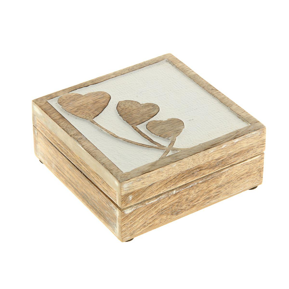 Шкатулка Sima-land Романтика, 13 см х 13 см х 5,5 см839534Шкатулка Sima-land Романтика изготовлена из дерева - натурального материала, словно пропитанного теплом яркого солнца. Крышка украшена узором. Внутри одно отделение. Такая шкатулка - не простой сувенир. Ее функция не только декоративная, но и сугубо практическая - служить удобным и надежным местом для хранения самых разных мелочей. Разумеется, особо неравнодушны к этим элегантным предметам интерьера женщины. Мастерицы кладут в шкатулки швейные и рукодельные принадлежности. Модницы и светские львицы - любимые украшения и аксессуары. И, конечно, многие представительницы прекрасного пола хранят в шкатулках, убранных в укромный уголок, какие-то памятные знаки: фотографии, старые письма, сувениры, напоминающие о важных событиях и особо счастливых моментах, сухие лепестки роз и другие небольшие сокровища.