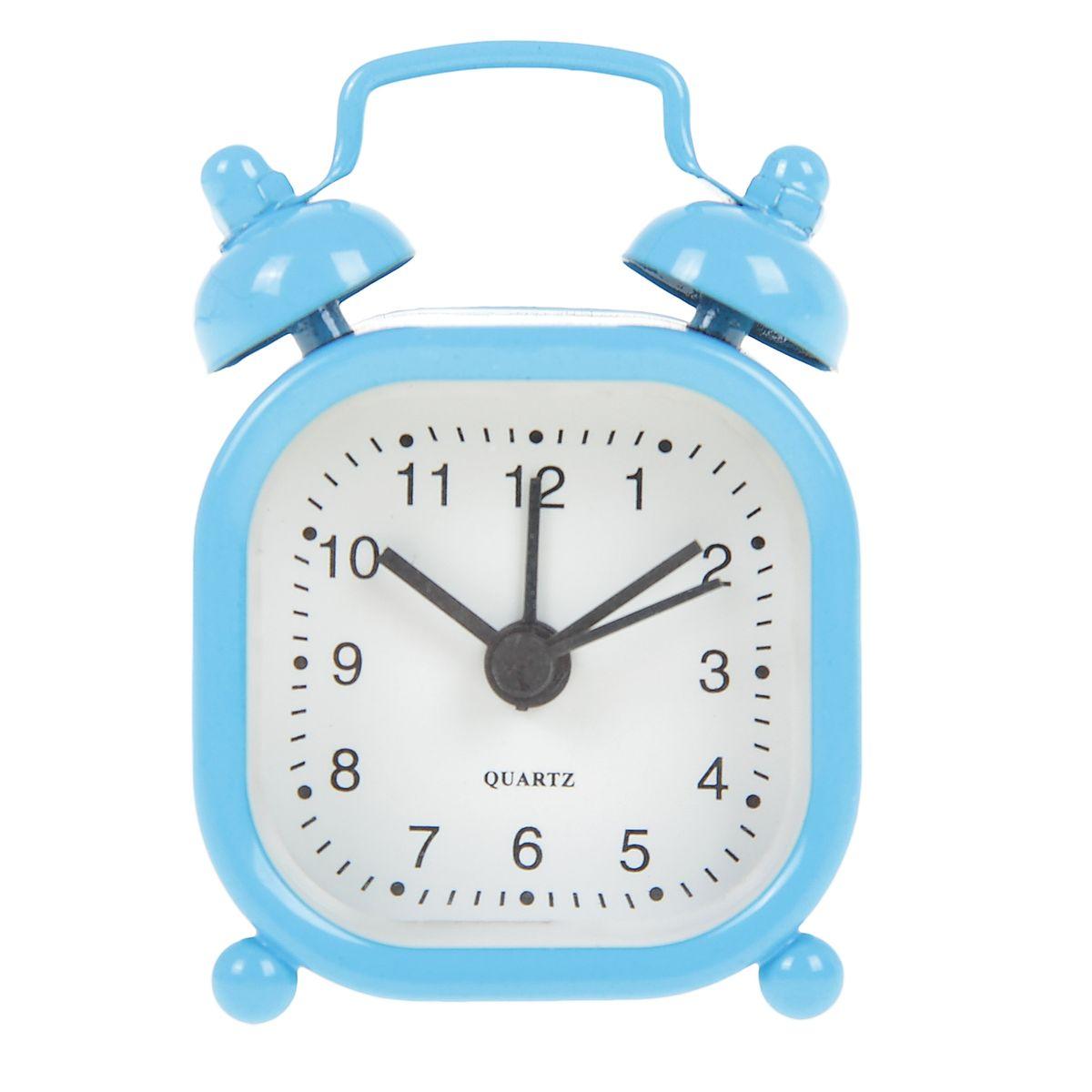 Часы-будильник Sima-land, цвет: голубой. 840951840951Как же сложно иногда вставать вовремя! Всегда так хочется поспать еще хотя бы 5 минут и бывает, что мы просыпаем. Теперь этого не случится! Яркий, оригинальный будильник Sima-land поможет вам всегда вставать в нужное время и успевать везде и всюду. Будильник украсит вашу комнату и приведет в восхищение друзей. Эта уменьшенная версия привычного будильника умещается на ладони и работает так же громко, как и привычные аналоги. Время показывает точно и будит в установленный час. На задней панели будильника расположены переключатель включения/выключения механизма, а также два колесика для настройки текущего времени и времени звонка будильника. Будильник работает от 1 батарейки типа LR44 (входит в комплект).
