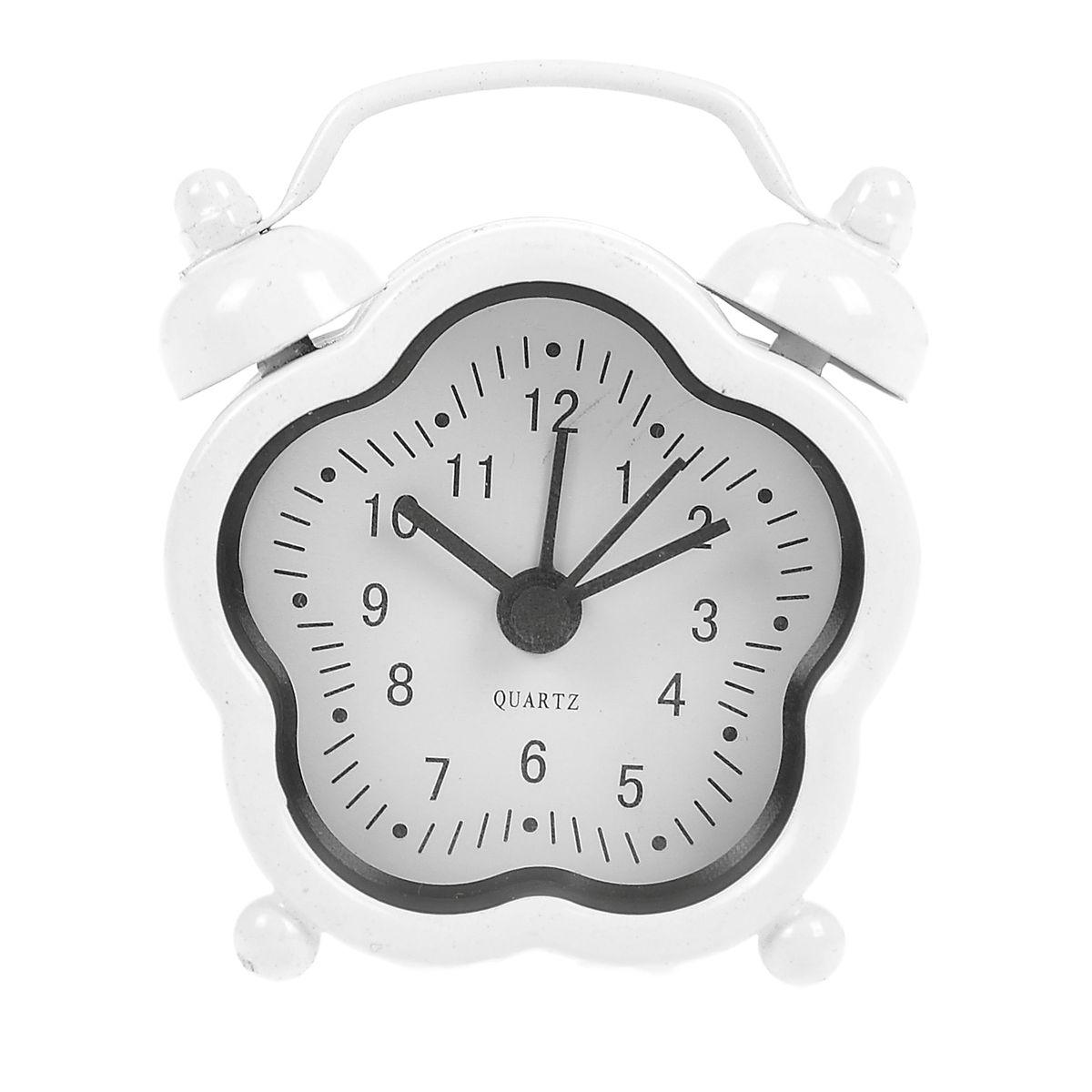 Часы-будильник Sima-land, цвет: белый. 840956840956Как же сложно иногда вставать вовремя! Всегда так хочется поспать еще хотя бы 5 минут и бывает, что мы просыпаем. Теперь этого не случится! Яркий, оригинальный будильник Sima-land поможет вам всегда вставать в нужное время и успевать везде и всюду. Будильник украсит вашу комнату и приведет в восхищение друзей. Эта уменьшенная версия привычного будильника умещается на ладони и работает так же громко, как и привычные аналоги. Время показывает точно и будит в установленный час. На задней панели будильника расположены переключатель включения/выключения механизма, а также два колесика для настройки текущего времени и времени звонка будильника. Будильник работает от 1 батарейки типа LR44 (входит в комплект).