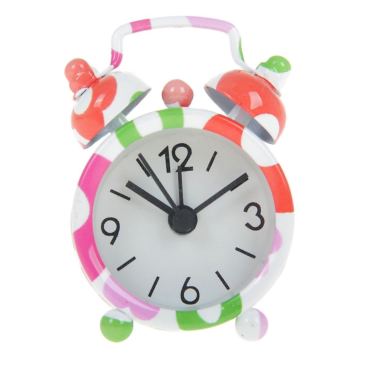 Часы-будильник Sima-land Полевые цветы840963Как же сложно иногда вставать вовремя! Всегда так хочется поспать еще хотя бы 5 минут и бывает, что мы просыпаем. Теперь этого не случится! Яркий, оригинальный будильник Sima-land Полевые цветы поможет вам всегда вставать в нужное время и успевать везде и всюду. Будильник украсит вашу комнату и приведет в восхищение друзей. Эта уменьшенная версия привычного будильника умещается на ладони и работает так же громко, как и привычные аналоги. Время показывает точно и будит в установленный час. На задней панели будильника расположены переключатель включения/выключения механизма, а также два колесика для настройки текущего времени и времени звонка будильника. Будильник работает от 1 батарейки типа LR44 (входит в комплект).