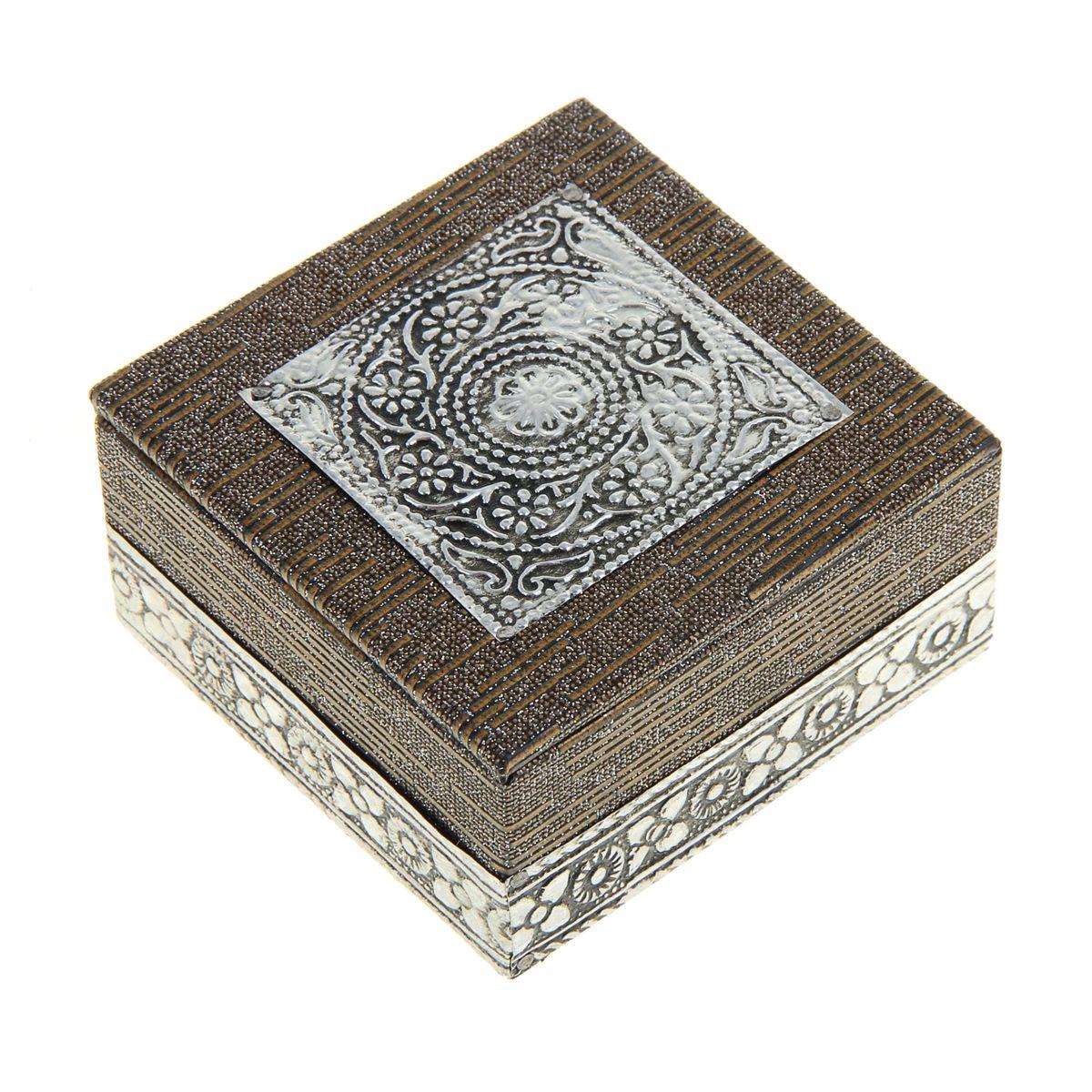 Шкатулка Sima-Land Символ божественности, 7,5 см х 7,5 см х 4 см842218Шкатулка Sima-land Символ божественности выполнена из МДФ и отделана металлом. Крышка оформлена рельефными узорами в виде цветов. Чем больше шкатулок, тем больше украшений. Говорят, что шкатулки их притягивают. А если это настоящая индийская шкатулка, да еще и ручной работы, тогда точно все украшения будут заползать туда сами. Представьте, как там будет уютно вашим сережкам или подвеске, часам или цепочке: это настоящий дворец для любимых аксессуаров. Шкатулка для украшений Символ божественности, словно настоящий ларец принцессы, ее форма, материал, узоры, оригинальное обрамление, все это буквально завораживает. Ваши украшения скажут вам только спасибо за такой славный домик! Шкатулка станет приятным подарком женщине по случаю праздника, она обязательно оценит ваш безупречный вкус.