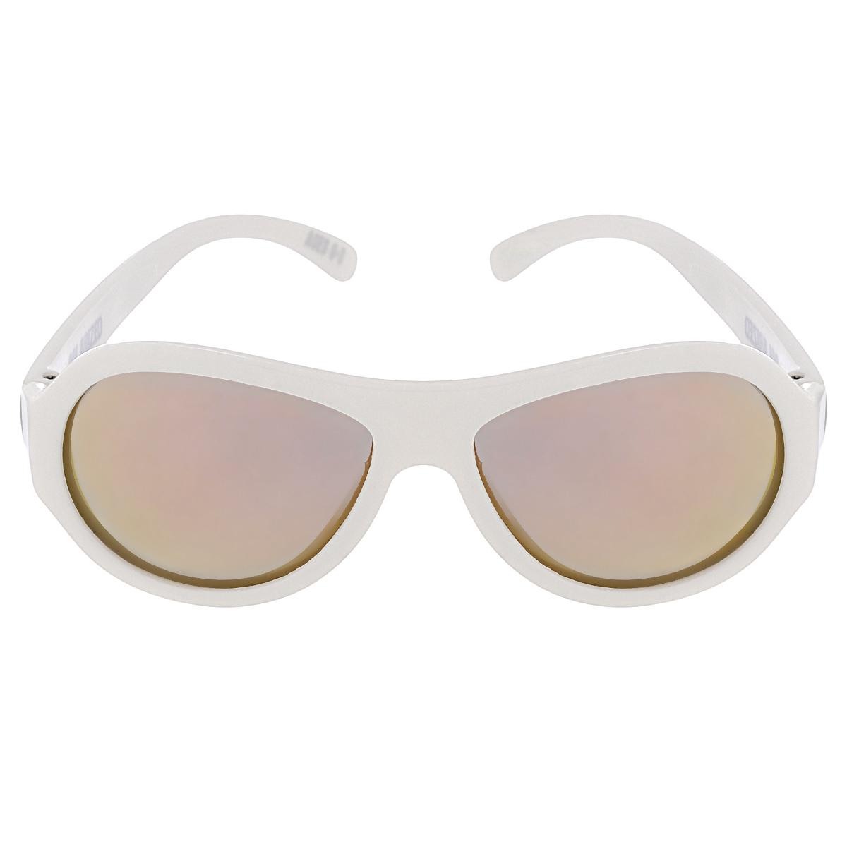 Детские солнцезащитные очки Babiators Шалун (Wicked), поляризационные, с футляром, цвет: белый, 0-3 летBAB-051Защита глаз всегда в моде. Вы делаете все возможное, чтобы ваши дети были здоровы и в безопасности. Шлемы для езды на велосипеде, солнцезащитный крем для прогулок на солнце... Но как насчёт влияния солнца на глазах вашего ребёнка? Правда в том, что сетчатка глаза у детей развивается вместе с самим ребёнком. Это означает, что глаза малышей не могут отфильтровать УФ-излучение. Добавьте к этому тот факт, что дети за год получают трёхкратную дозу солнечного воздействия на взрослого человека (доклад Vision Council Report 2013, США). Проблема понятна - детям нужна настоящая защита, чтобы глазки были в безопасности, а зрение сильным. Каждая пара солнцезащитных очков Babiators для детей обеспечивает 100% защиту от UVA и UVB. Прочные линзы высшего качества не подведут в самых сложных переделках. В отличие от обычных пластиковых очков, оправа Babiators выполнена из гибкого прорезиненного материала, что делает их ударопрочными, их можно сгибать и крутить - они не сломаются и вернутся в...