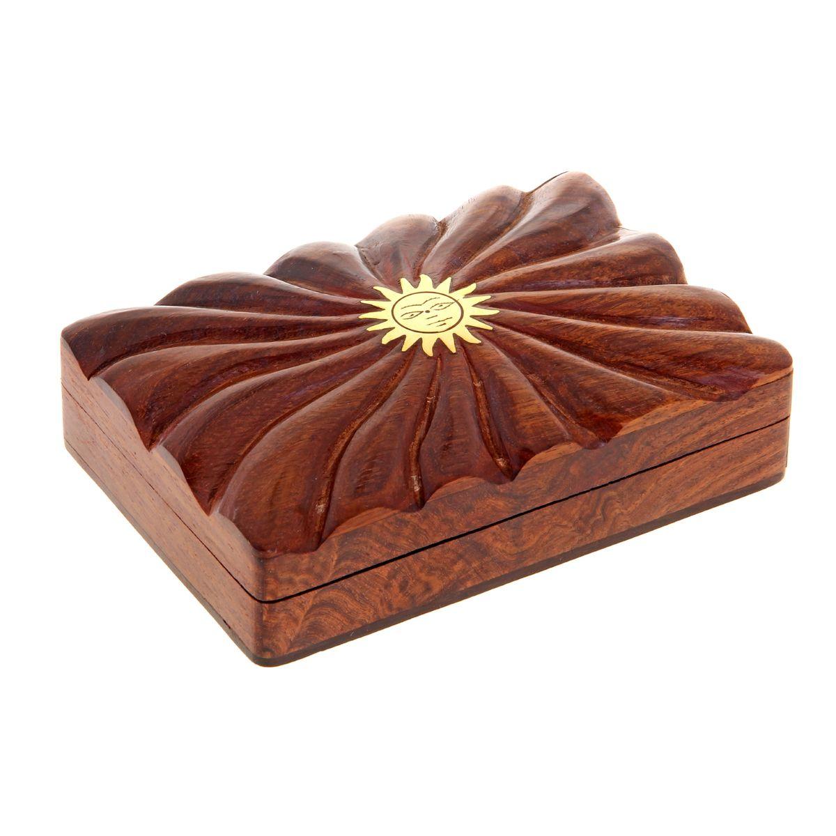 Шкатулка Sima-land Солнце, 13,5 см х 9,5 см х 4 см877488Шкатулка Sima-land Солнце изготовлена из дерева и имеет одно отделение. Затейливый узор, украшающий ее, вырезан вручную, что, без сомнения, придает шкатулке особую ценность. Изделие декорировано изображением солнца, выполненным из латуни. Такая шкатулка - не простой сувенир. Ее функция не только декоративная, но и практическая - служить удобным и надежным местом для хранения самых разных мелочей. Шкатулка Sima-land Солнце станет приятным подарком женщине по случаю праздника, она обязательно оценит ваш безупречный вкус.