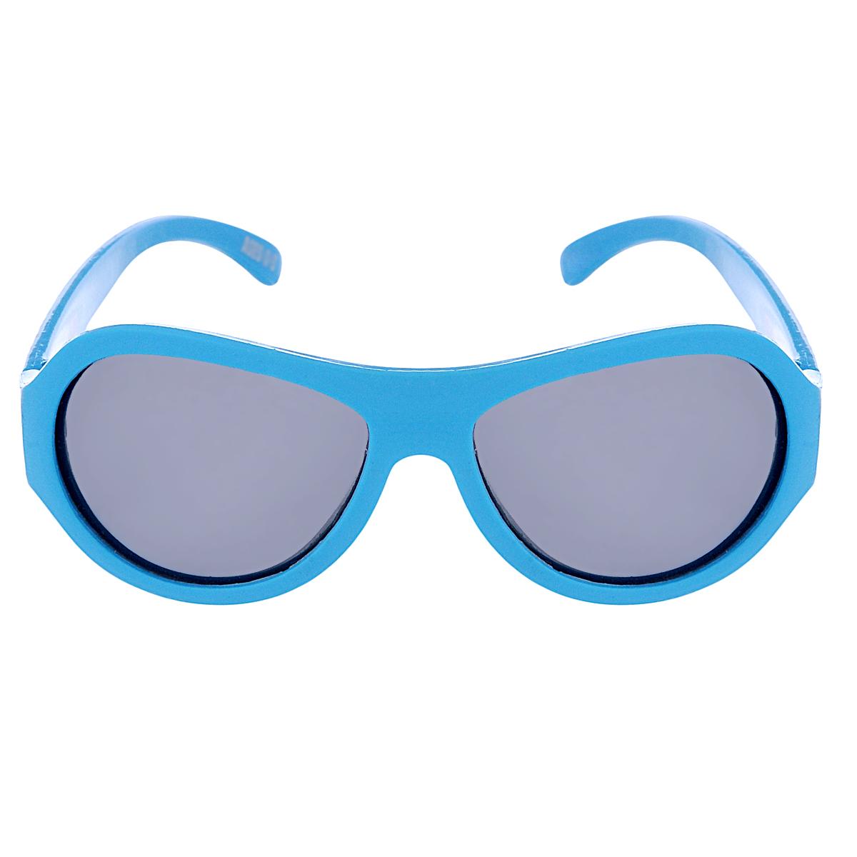 Детские солнцезащитные очки Babiators Сверхзвуковые полоски (Supersonic Stripes), поляризационные, с футляром, цвет: голубой, 3-7 летBAB-062Защита глаз всегда в моде. Вы делаете все возможное, чтобы ваши дети были здоровы и в безопасности. Шлемы для езды на велосипеде, солнцезащитный крем для прогулок на солнце... Но как насчёт влияния солнца на глазах вашего ребёнка? Правда в том, что сетчатка глаза у детей развивается вместе с самим ребёнком. Это означает, что глаза малышей не могут отфильтровать УФ-излучение. Добавьте к этому тот факт, что дети за год получают трёхкратную дозу солнечного воздействия на взрослого человека (доклад Vision Council Report 2013, США). Проблема понятна - детям нужна настоящая защита, чтобы глазки были в безопасности, а зрение сильным. Каждая пара солнцезащитных очков Babiators для детей обеспечивает 100% защиту от UVA и UVB. Прочные линзы высшего качества не подведут в самых сложных переделках. В отличие от обычных пластиковых очков, оправа Babiators выполнена из гибкого прорезиненного материала, что делает их ударопрочными, их можно сгибать и крутить - они не сломаются и вернутся в...