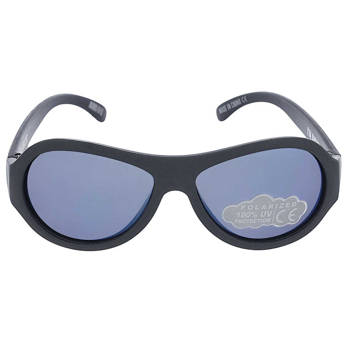 Детские солнцезащитные очки Babiators Спецназ (Black Ops), поляризационные, с футляром, цвет: черный, 0-3 летBAB-049Защита глаз всегда в моде. Вы делаете все возможное, чтобы ваши дети были здоровы и в безопасности. Шлемы для езды на велосипеде, солнцезащитный крем для прогулок на солнце... Но как насчёт влияния солнца на глазах вашего ребёнка? Правда в том, что сетчатка глаза у детей развивается вместе с самим ребёнком. Это означает, что глаза малышей не могут отфильтровать УФ-излучение. Добавьте к этому тот факт, что дети за год получают трёхкратную дозу солнечного воздействия на взрослого человека (доклад Vision Council Report 2013, США). Проблема понятна - детям нужна настоящая защита, чтобы глазки были в безопасности, а зрение сильным. Каждая пара солнцезащитных очков Babiators для детей обеспечивает 100% защиту от UVA и UVB. Прочные линзы высшего качества не подведут в самых сложных переделках. В отличие от обычных пластиковых очков, оправа Babiators выполнена из гибкого прорезиненного материала, что делает их ударопрочными, их можно сгибать и крутить - они не сломаются и вернутся в...