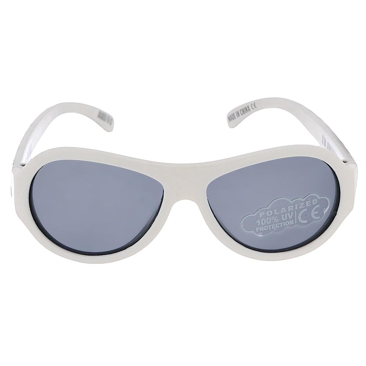Детские солнцезащитные очки Babiators Хьюстон, у нас рок-звезда (Houston, We Have a Rockstar), поляризационные, с футляром, цвет: белый, 0-3 летBAB-057Защита глаз всегда в моде. Вы делаете все возможное, чтобы ваши дети были здоровы и в безопасности. Шлемы для езды на велосипеде, солнцезащитный крем для прогулок на солнце... Но как насчёт влияния солнца на глазах вашего ребёнка? Правда в том, что сетчатка глаза у детей развивается вместе с самим ребёнком. Это означает, что глаза малышей не могут отфильтровать УФ-излучение. Добавьте к этому тот факт, что дети за год получают трёхкратную дозу солнечного воздействия на взрослого человека (доклад Vision Council Report 2013, США). Проблема понятна - детям нужна настоящая защита, чтобы глазки были в безопасности, а зрение сильным. Каждая пара солнцезащитных очков Babiators для детей обеспечивает 100% защиту от UVA и UVB. Прочные линзы высшего качества не подведут в самых сложных переделках. В отличие от обычных пластиковых очков, оправа Babiators выполнена из гибкого прорезиненного материала, что делает их ударопрочными, их можно сгибать и крутить - они не сломаются и вернутся в...