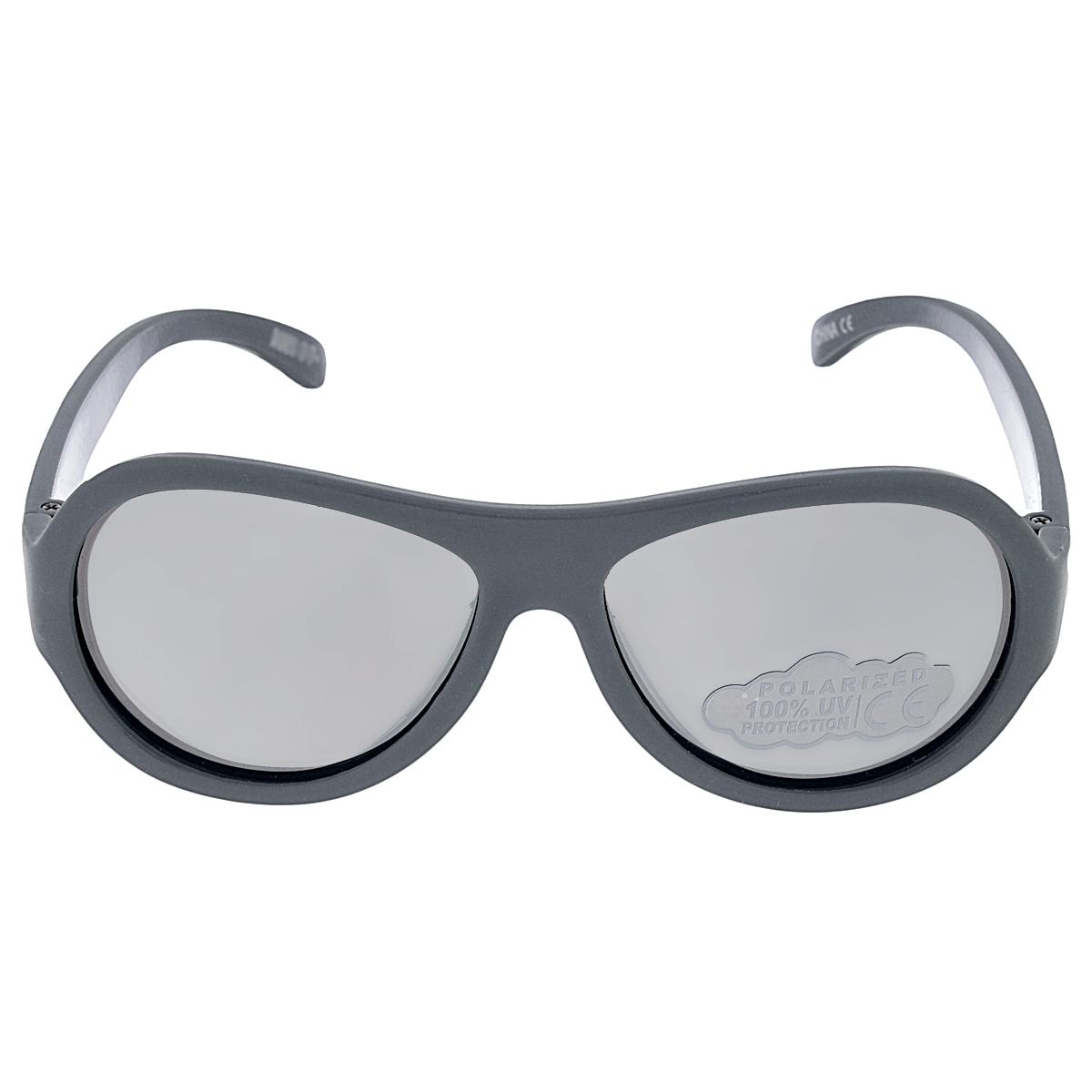 Детские солнцезащитные очки Babiators Камуфляж (Camo), поляризационные, с футляром, цвет: серый, 3-7 летBAB-081Защита глаз всегда в моде. Вы делаете все возможное, чтобы ваши дети были здоровы и в безопасности. Шлемы для езды на велосипеде, солнцезащитный крем для прогулок на солнце... Но как насчёт влияния солнца на глазах вашего ребёнка? Правда в том, что сетчатка глаза у детей развивается вместе с самим ребёнком. Это означает, что глаза малышей не могут отфильтровать УФ-излучение. Добавьте к этому тот факт, что дети за год получают трёхкратную дозу солнечного воздействия на взрослого человека (доклад Vision Council Report 2013, США). Проблема понятна - детям нужна настоящая защита, чтобы глазки были в безопасности, а зрение сильным. Каждая пара солнцезащитных очков Babiators для детей обеспечивает 100% защиту от UVA и UVB. Прочные линзы высшего качества не подведут в самых сложных переделках. В отличие от обычных пластиковых очков, оправа Babiators выполнена из гибкого прорезиненного материала, что делает их ударопрочными, их можно сгибать и крутить - они не сломаются и вернутся в...