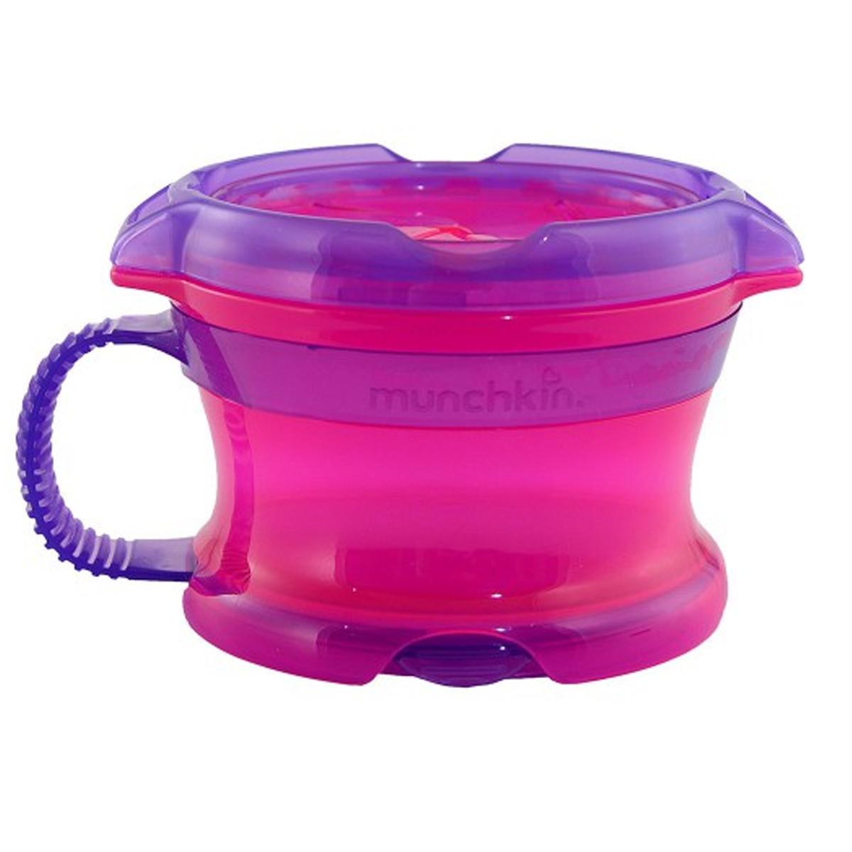 Контейнер Munchkin Поймай печенье, с крышкой Click Lock, цвет: розовый, фиолетовыйЕ0002404_розовый, фиолетовыйКонтейнер для снеков Munchkin Поймай печенье выполнен из безопасного пластика. Он идеально подходит, если нужно покормить малыша на ходу, чтобы закуска осталась в контейнере, а не на полу, не на сиденье автомобиля или коляски! Мягкие силиконовые лепестки помогают ребенку подкрепиться самостоятельно и при этом предотвращают рассыпание содержимого контейнера. Регулируемая крышка позволит малышу вытащить печенье или другие продукты ровно столько, сколько он сможет положить в рот за один раз, контейнер не откроется, даже если упадет и перевернется. Мягкие закрылки на крышке позволяют достать печенье или кусочки другой еды, минимально испачкав пальцы. Кнопка блокировки не позволит ребенку открыть контейнер. Когда он не используется, его можно закрыть крышкой, которая сохранит продукты свежими. Полностью закрывающая контейнер мягкая крышка убирается и крепится к его дну.